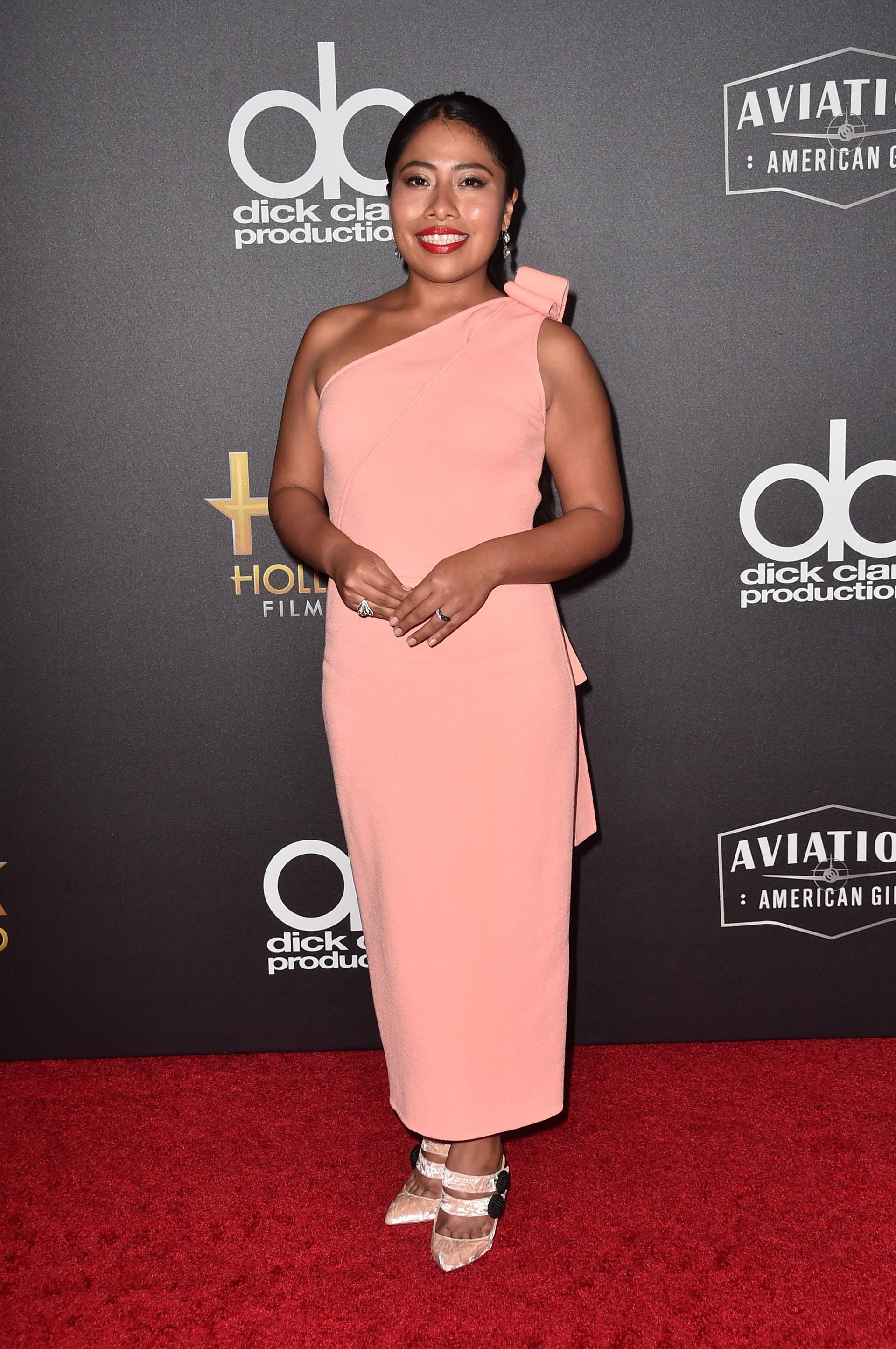 Yalitza Aparicio con un vestido rosa pastel y zapatos al tono