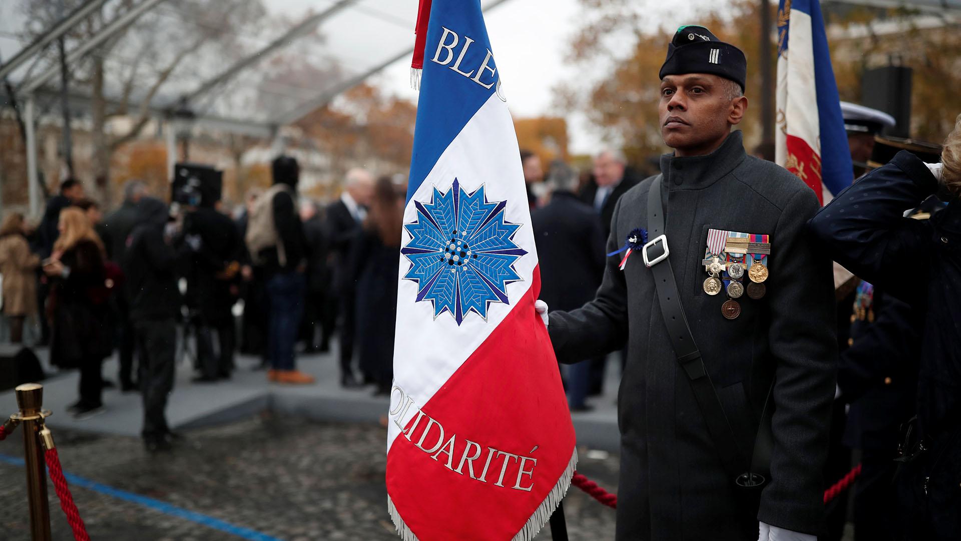 Un veterano francés sostiene la bandera