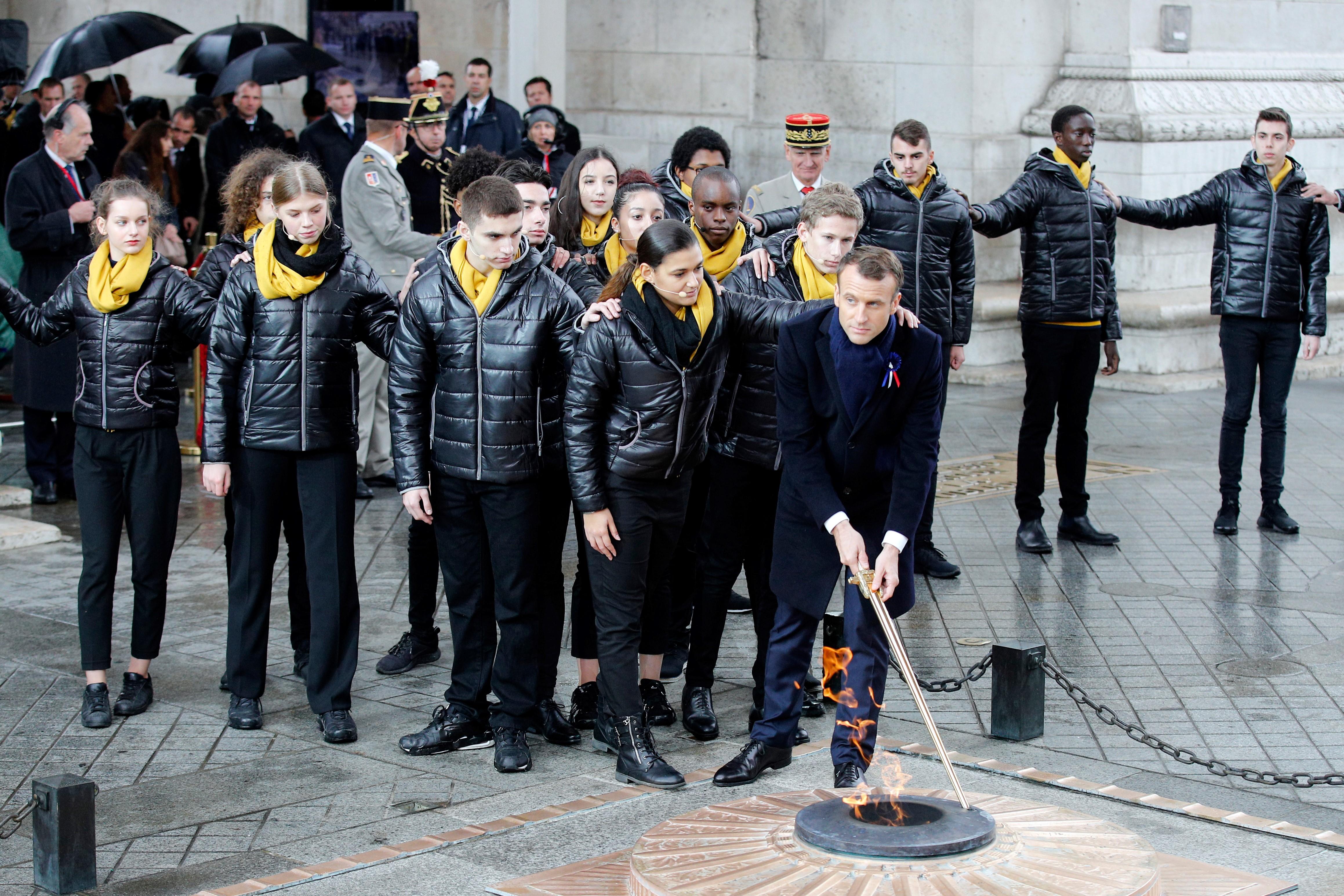Macron reaviva la llama del soldado desconocido junto a estudiantes de colegio secundario(AFP)