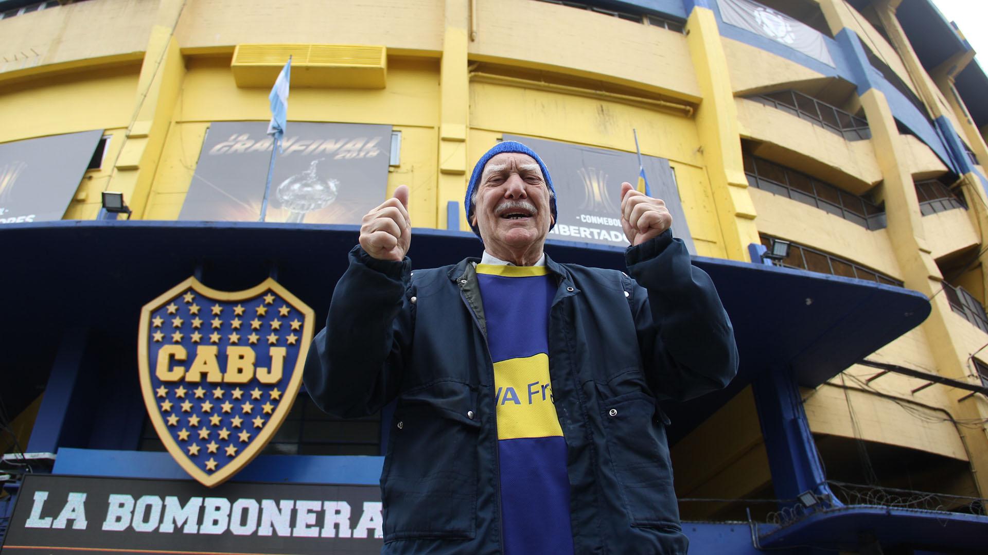 Hinchas de Boca esperan con ilusión en los alrededores de la Bombonera por el comienzo de uno de los dos partidos más esperados de la historia del fútbol continental (Matias Baglietto)