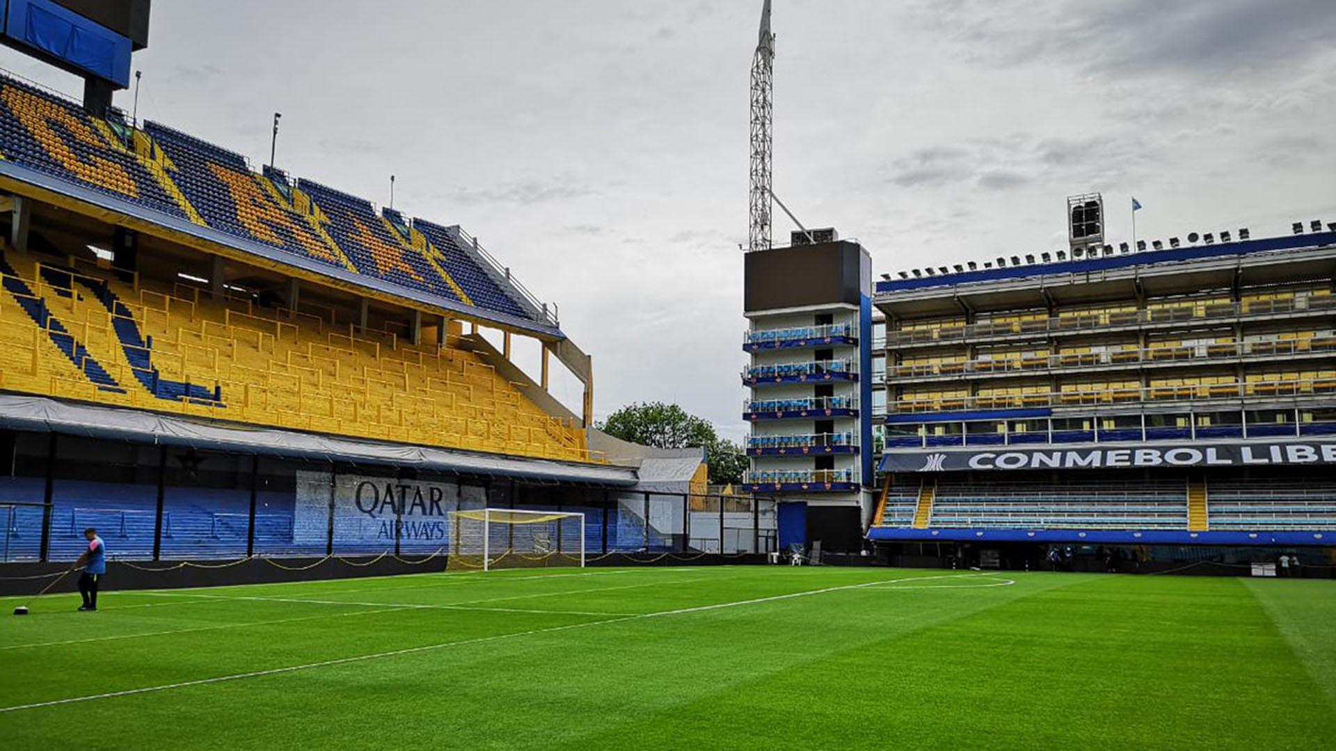 Los hombres encargados de mantener el campo de juego del estadio de Boca trabajaron durante toda la noche para ayudar a drenar la cantidad de agua caída ayer (@Libertadores)