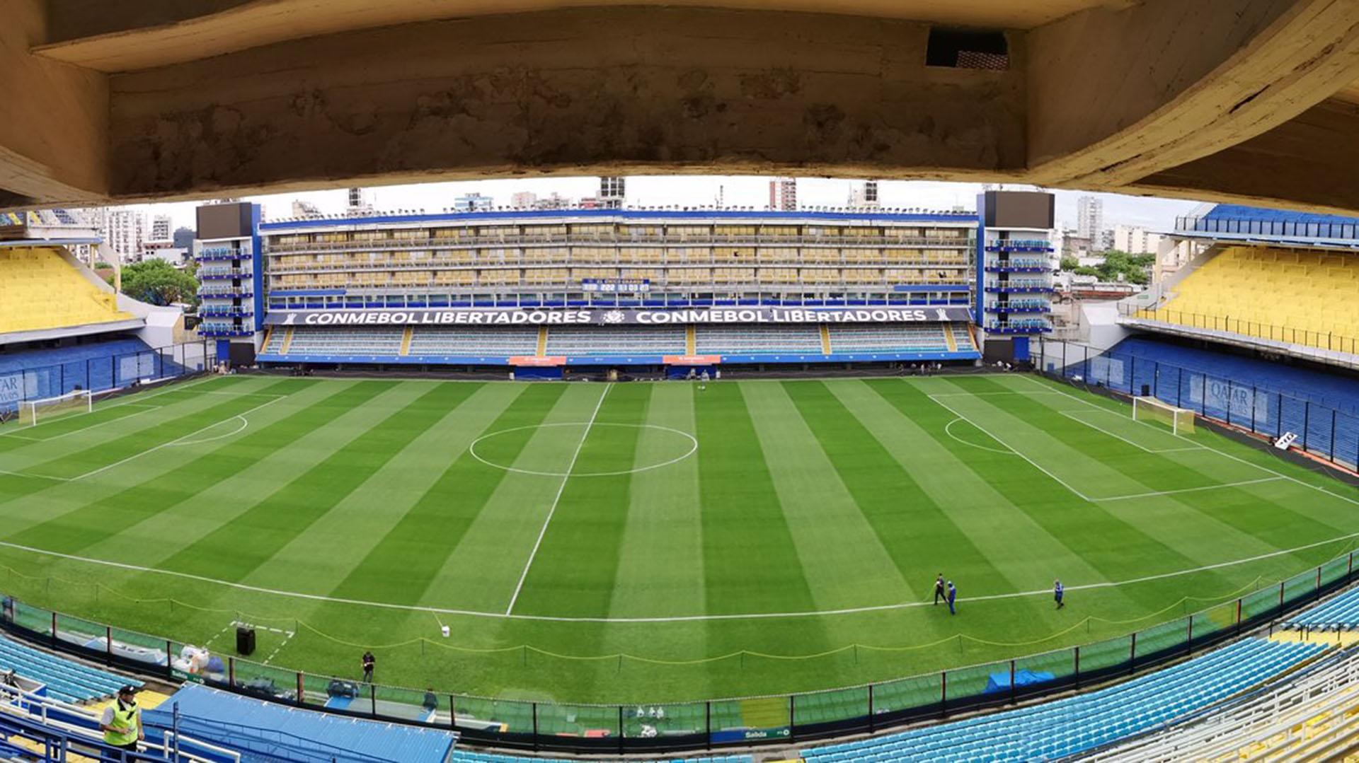 Así luce el campo de juego del estadio de Boca, la Bombonera, a horas del primer partido de la final de la Copa Libertadores que el local jugará ante River (@Lajoya14)