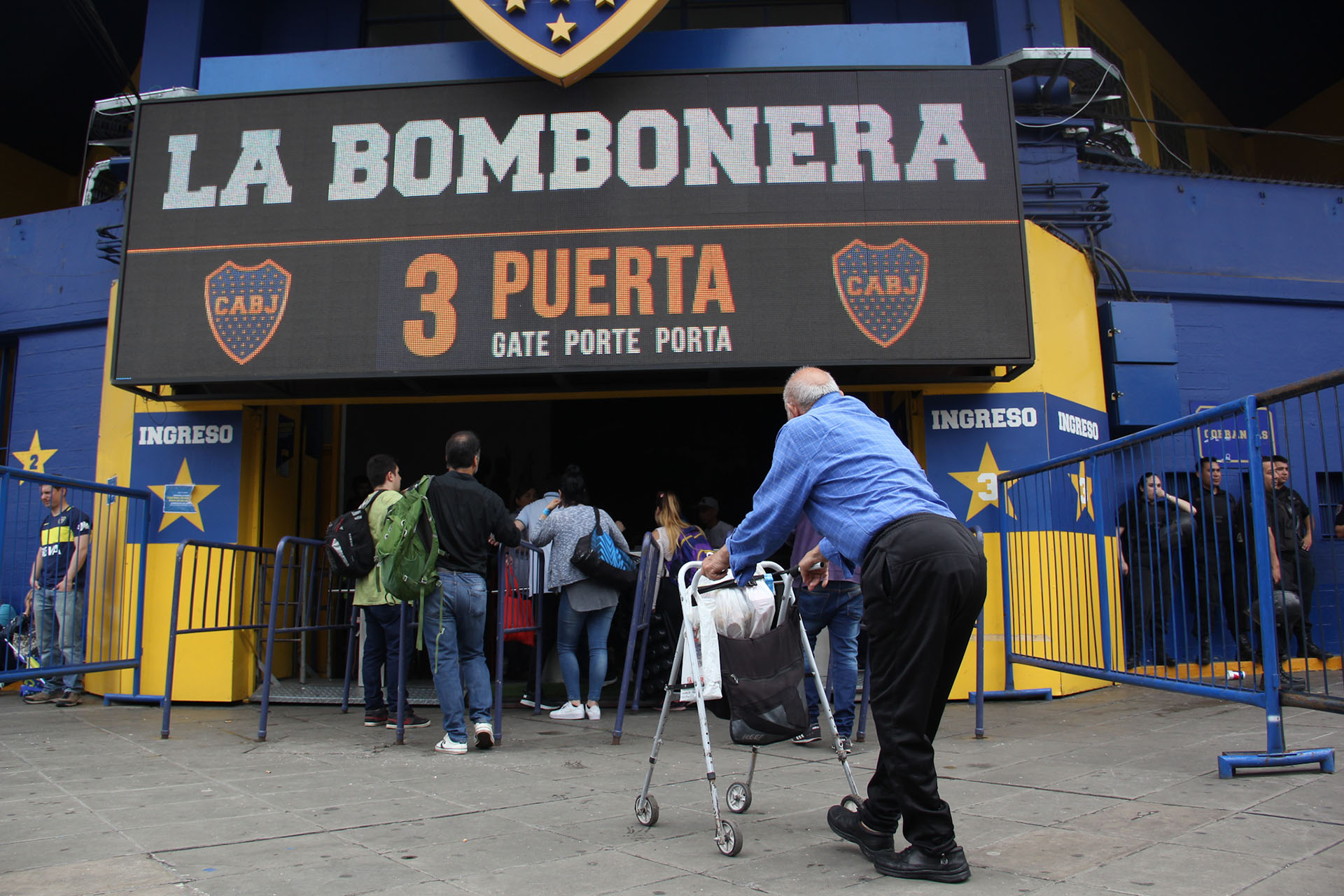 Chicos, medianos y grande, todos llegan a la Bombonera para ver la gran final de la Copa Libertadores (Matias Baglietto)