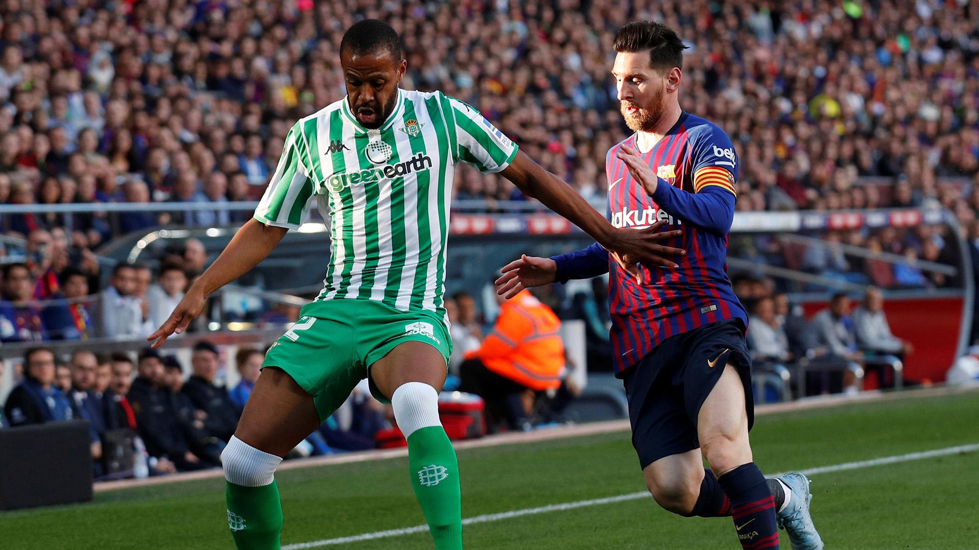 Soccer Football – La Liga Santander – FC Barcelona v Real Betis – Camp Nou, Barcelona, Spain – November 11, 2018 Barcelona's Lionel Messi in action with Real Betis' Sidnei REUTERS/Albert Gea