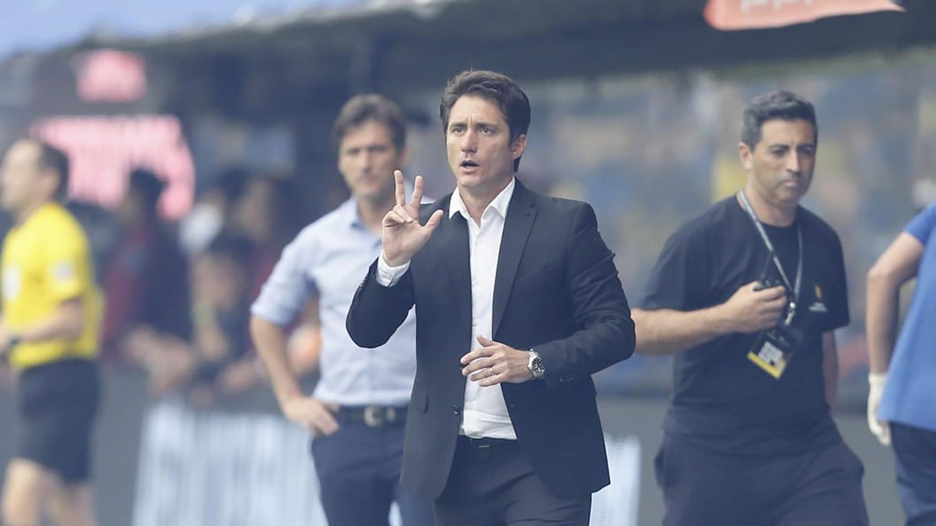 Antes del inicio del partido, Guillermo comenzó con las indicaciones