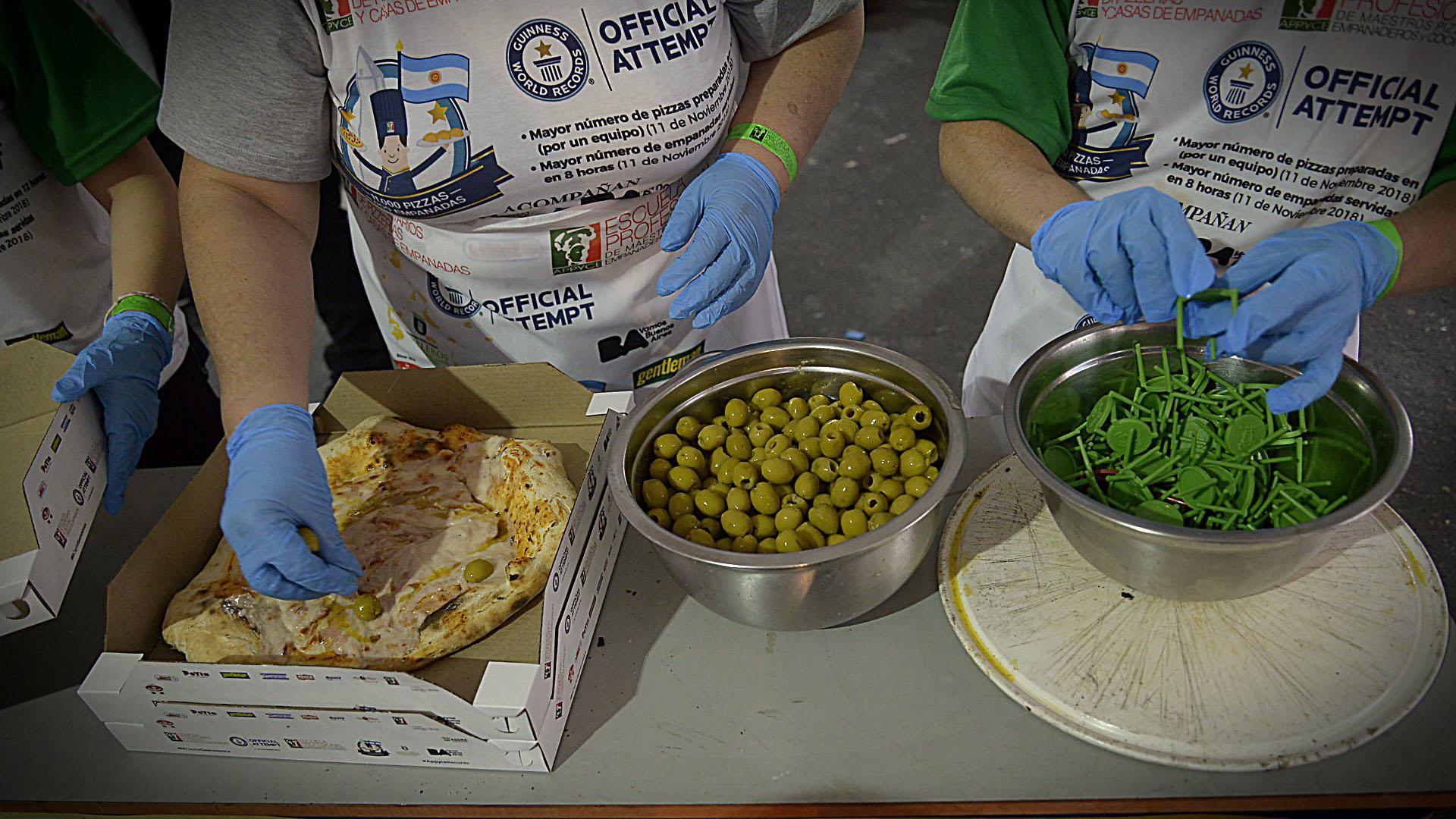 Para la producción se utilizaron 3.000 kilos de harina, 3.000 kilos de queso mozzarella, 1.200 litros de salsa de tomate, 150 litros de aceite y 88.000 aceitunas