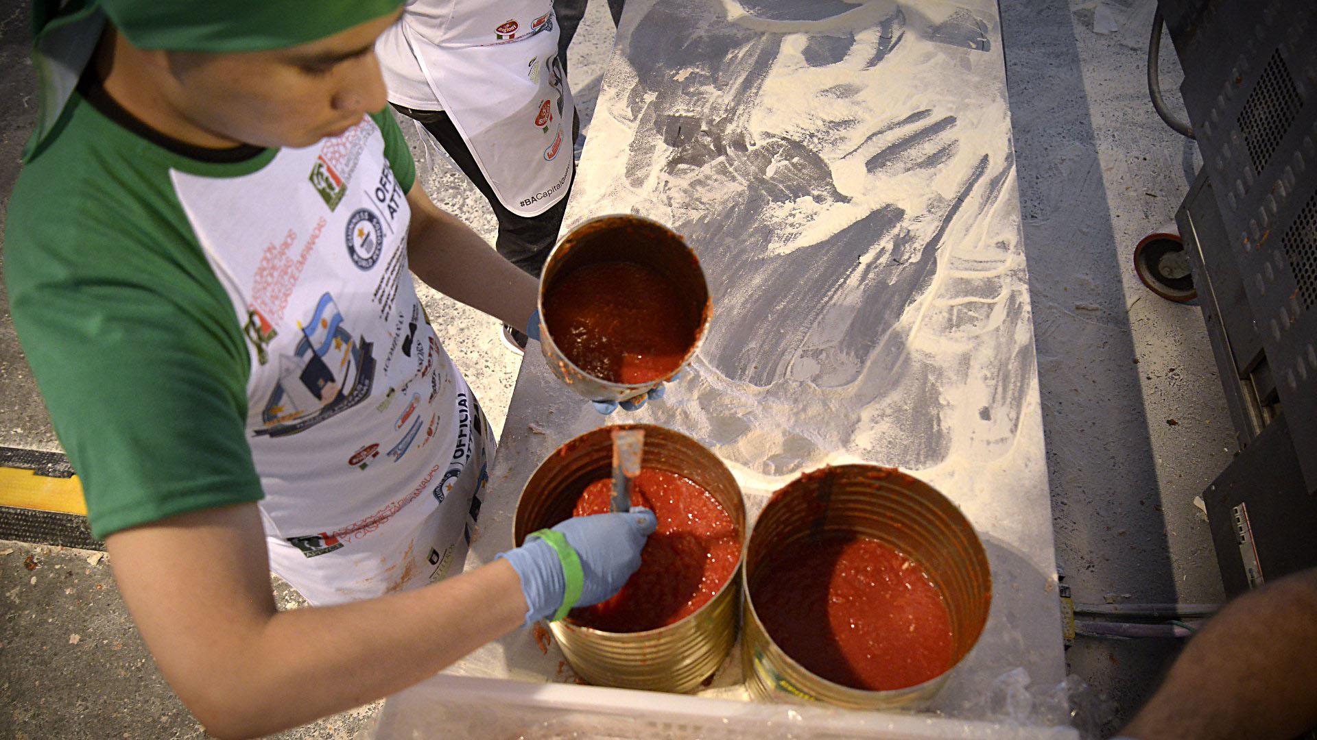 La salsa de tomates, clave y fundamental en la preparación de las pizzas