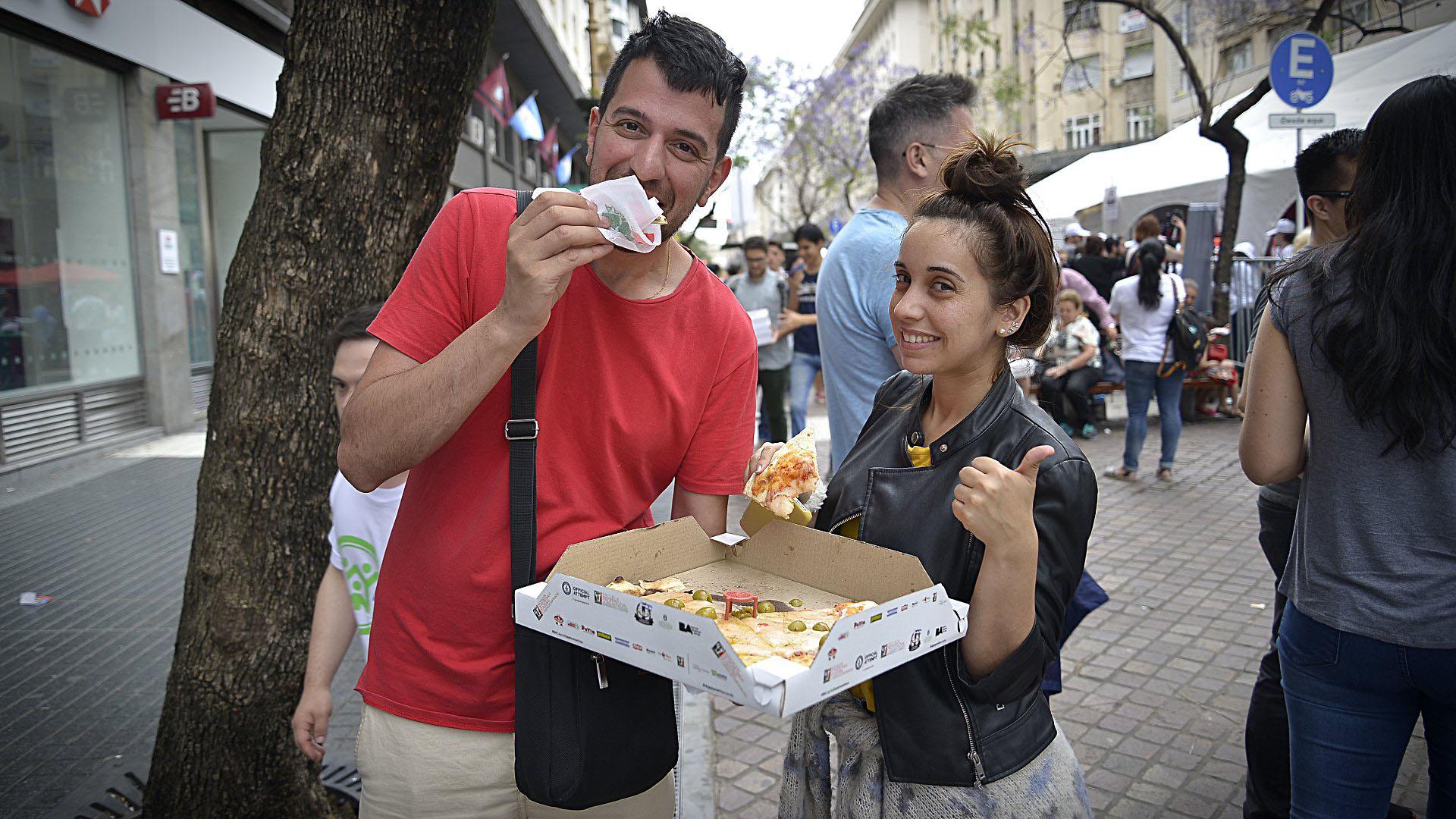 El disfrute de una buena porción de pizza en las caras de los jóvenes