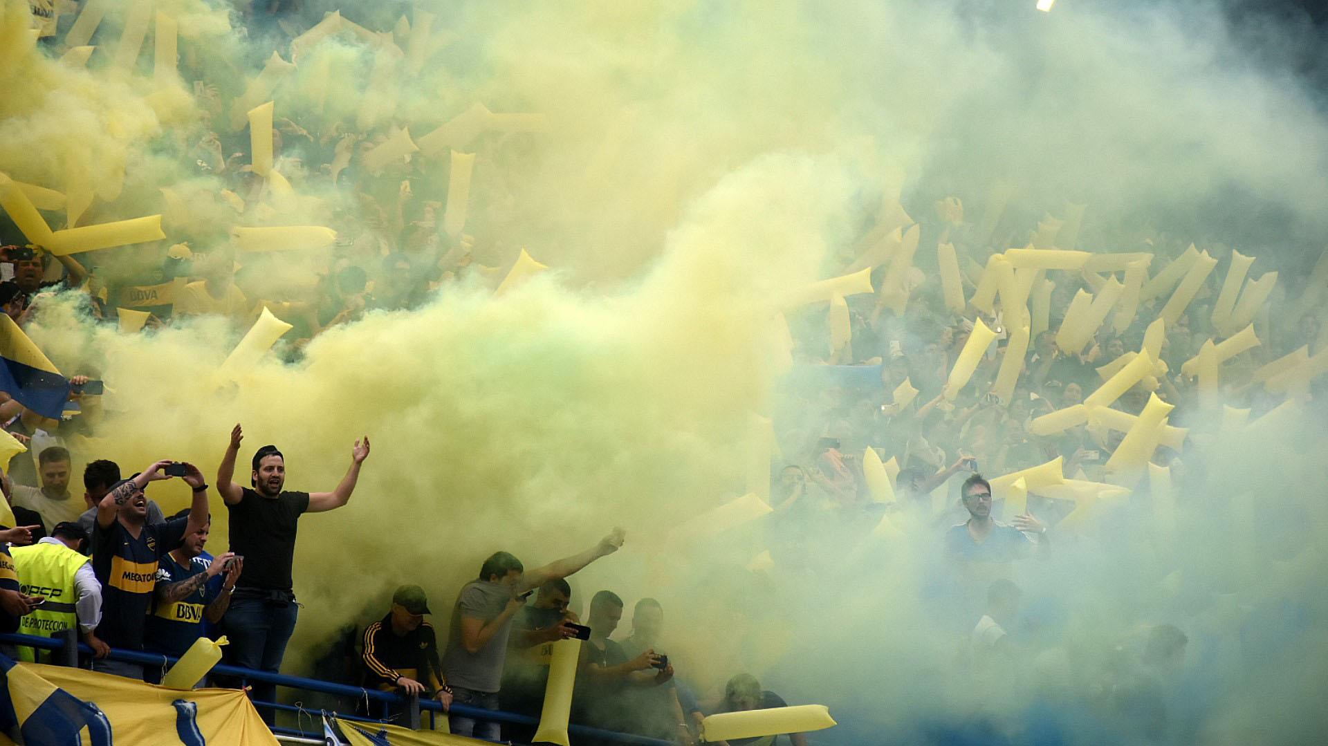 El humo amarillo y azul brotó desde las tribunas en la salida de los equipos