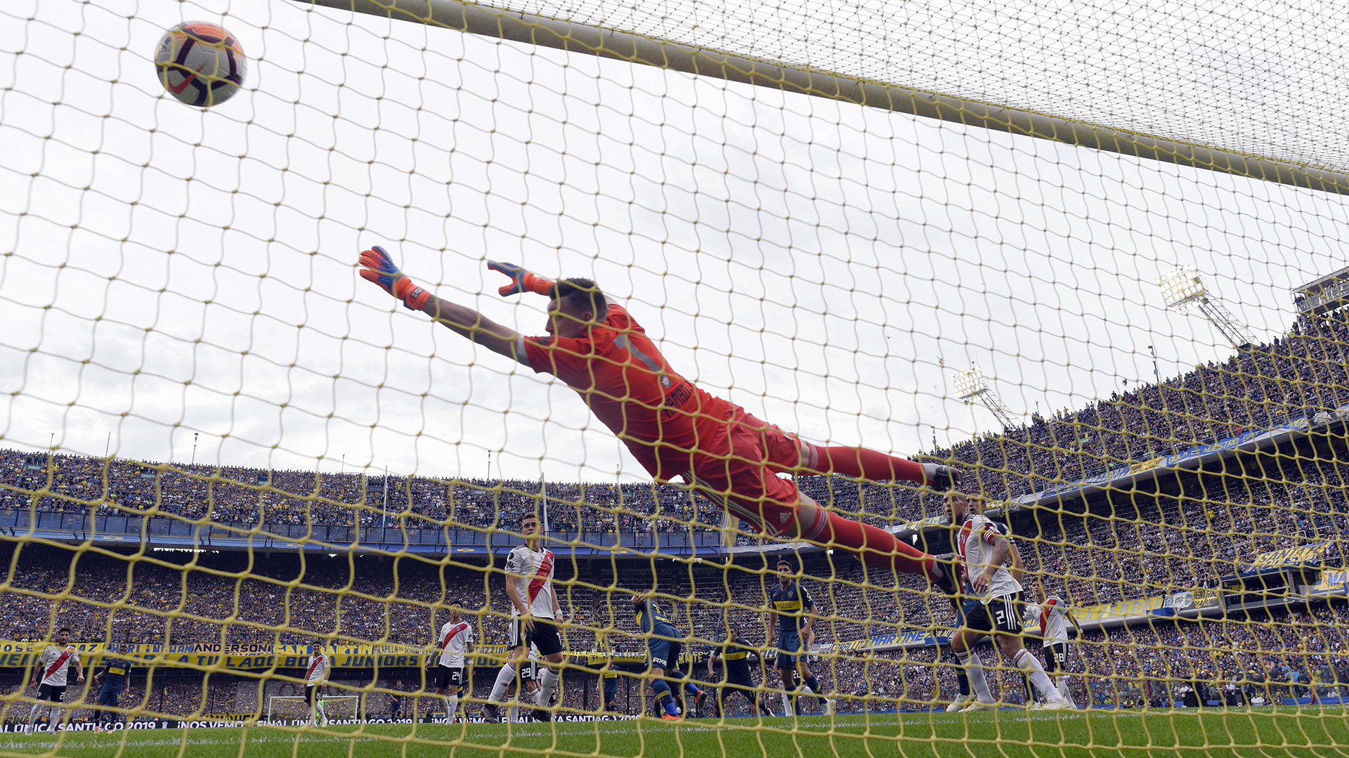 Armani no pudo evitar el el cabezazo de Benedetto en el 2-1 parcial