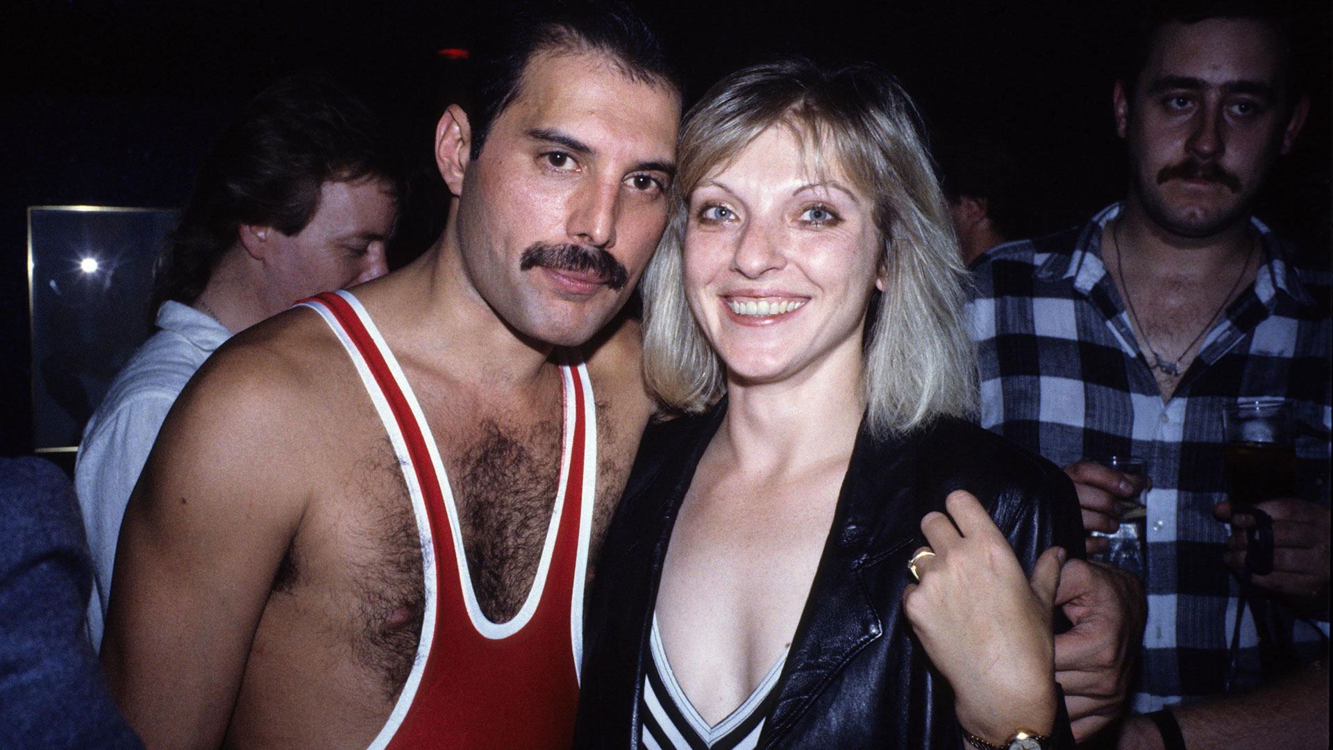 Freddie Mercury y Mary Austin durante el cumpleaños número 38 del cantante (Grosby)