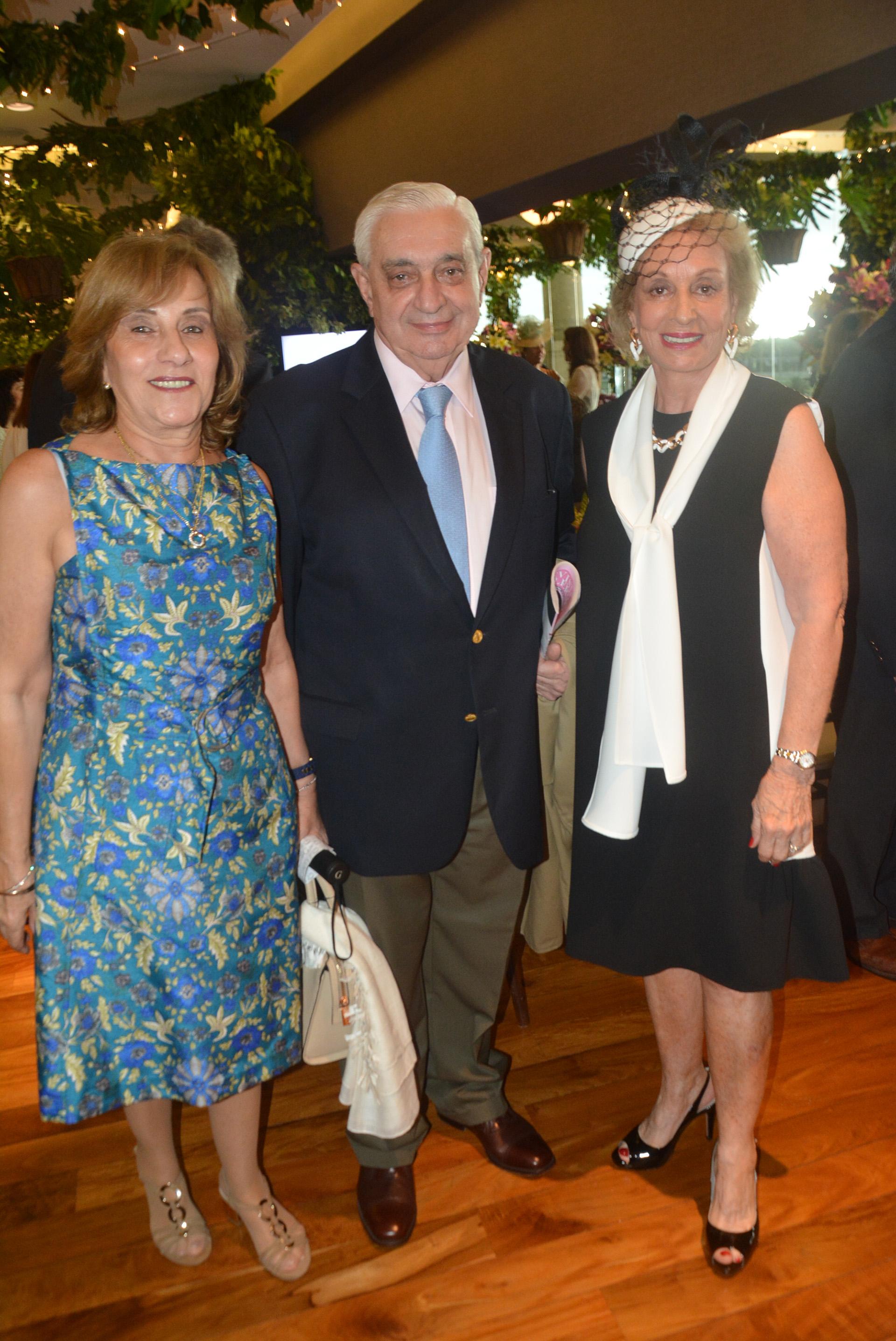 El presidente de la Bolsa de Comercio de Buenos Aires, Adelmo Gabbi, y su mujer junto a Miriam Bagó