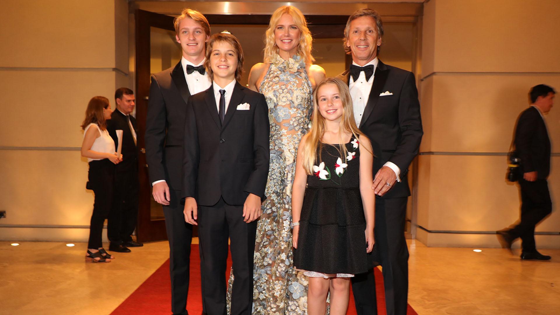 Valeria Mazza y Alejandro Gravier junto a sus hijos Balthazar, Benicio y Taina
