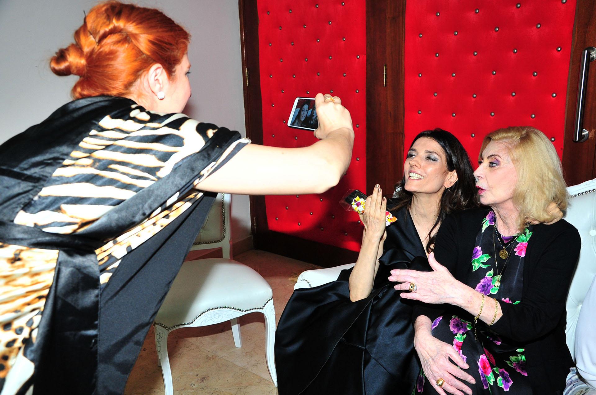 María Socas y Graciela Dufau posan para una foto