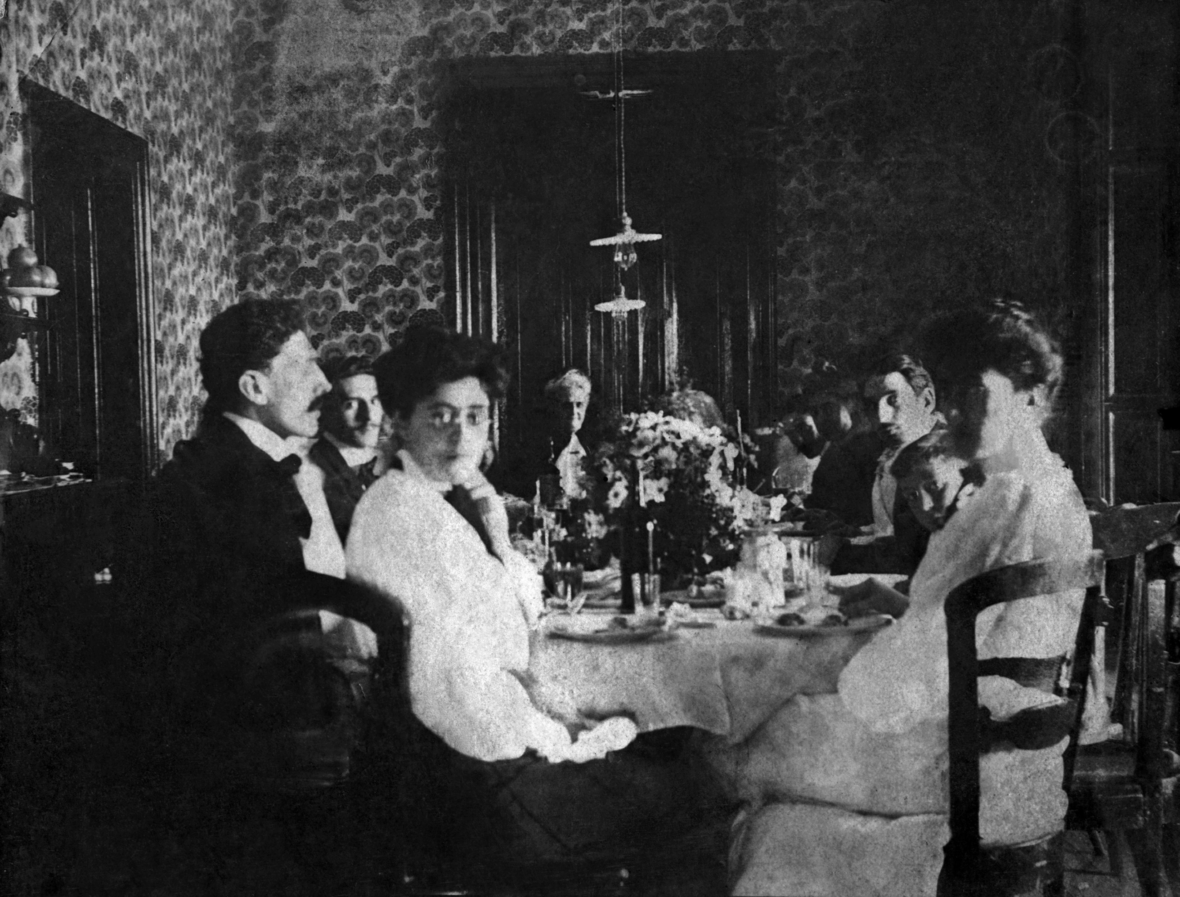 El empapelado con motivo de malvones daba realce al juego de comedor, que evidencia las líneas propias de los estilos del primer tercio del siglo XIX