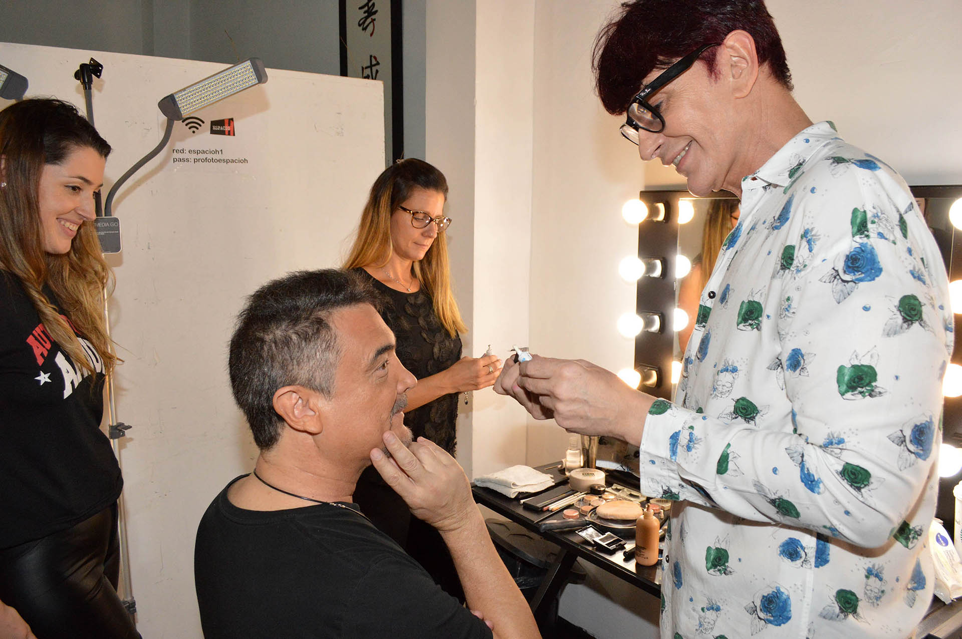 """Nito Artaza en sala de maquillaje en plena preparación de su personaje en """"Las jaula de las locas"""" (Fotos: Eduardo Aguada/Teleshow)"""