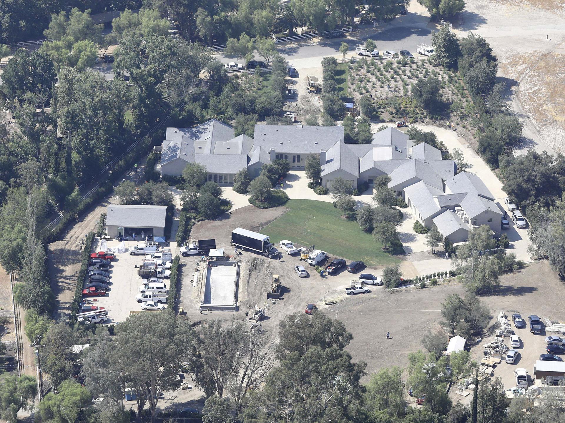 Kim Kardashian y Kanye West pueden perder su millonaria mansión familiar en Calabasas. La pareja tuvo que evacuar debido a los incendios forestalesen California (The Grosby Group)