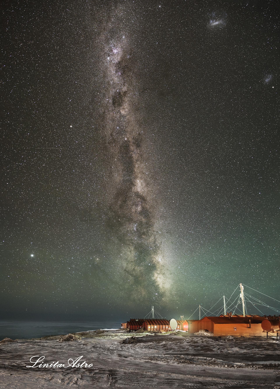 """""""Base galáctica"""": Sobre un sector de la Base Marambio se puede ver el """"Centro galáctico"""". Está por encima de las antenas y parece elevarse desde el techo hacia el cielo. En el medio y hacia la izquierda, se ve el planeta Júpiter (Gentileza: AstroLina Photography)."""