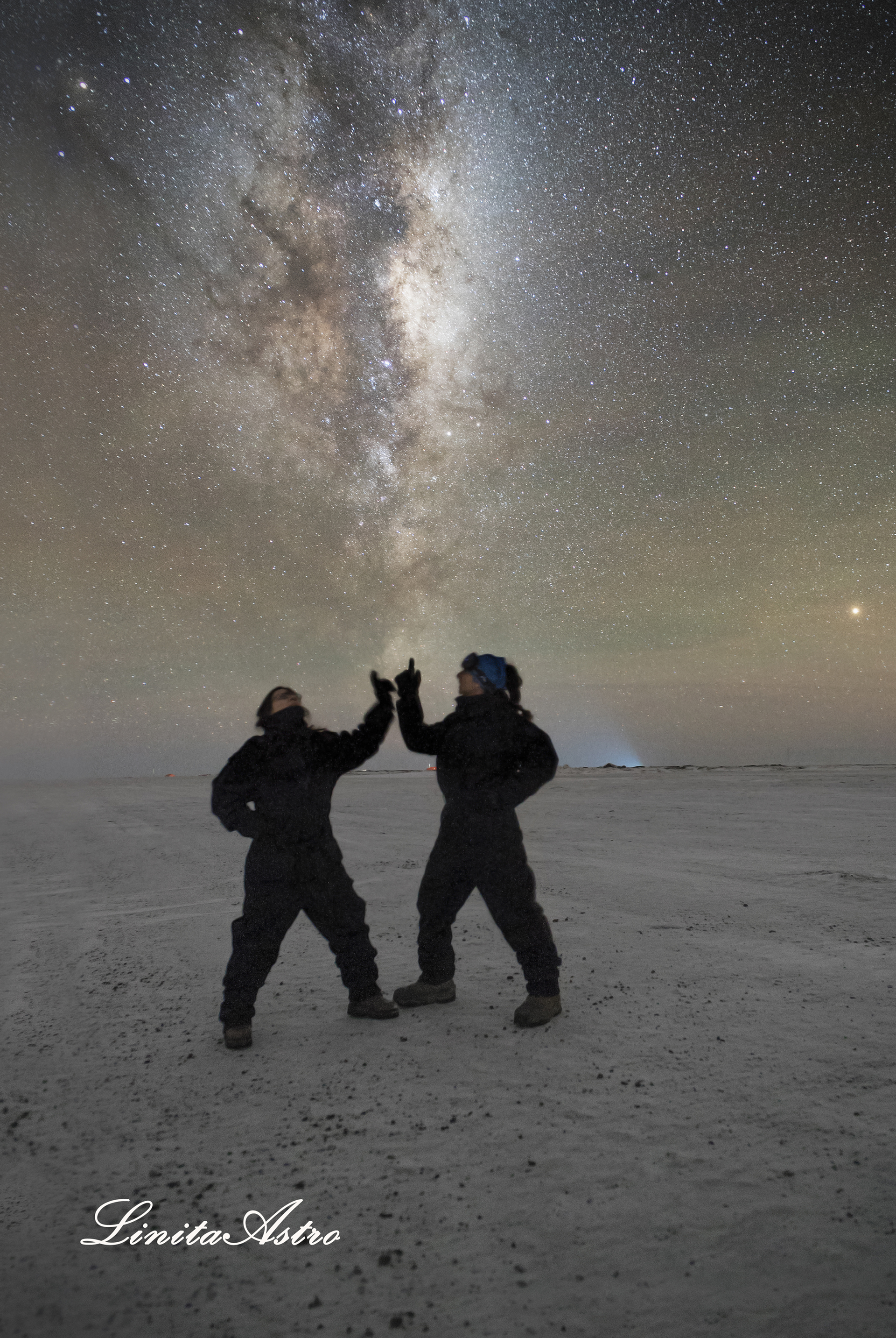 """""""Lazos"""": """"Son dos amigas en conexión directa con el universo"""", cuenta Jorgelina. La foto habla de """"tener todo el cosmos en nuestras manos""""."""