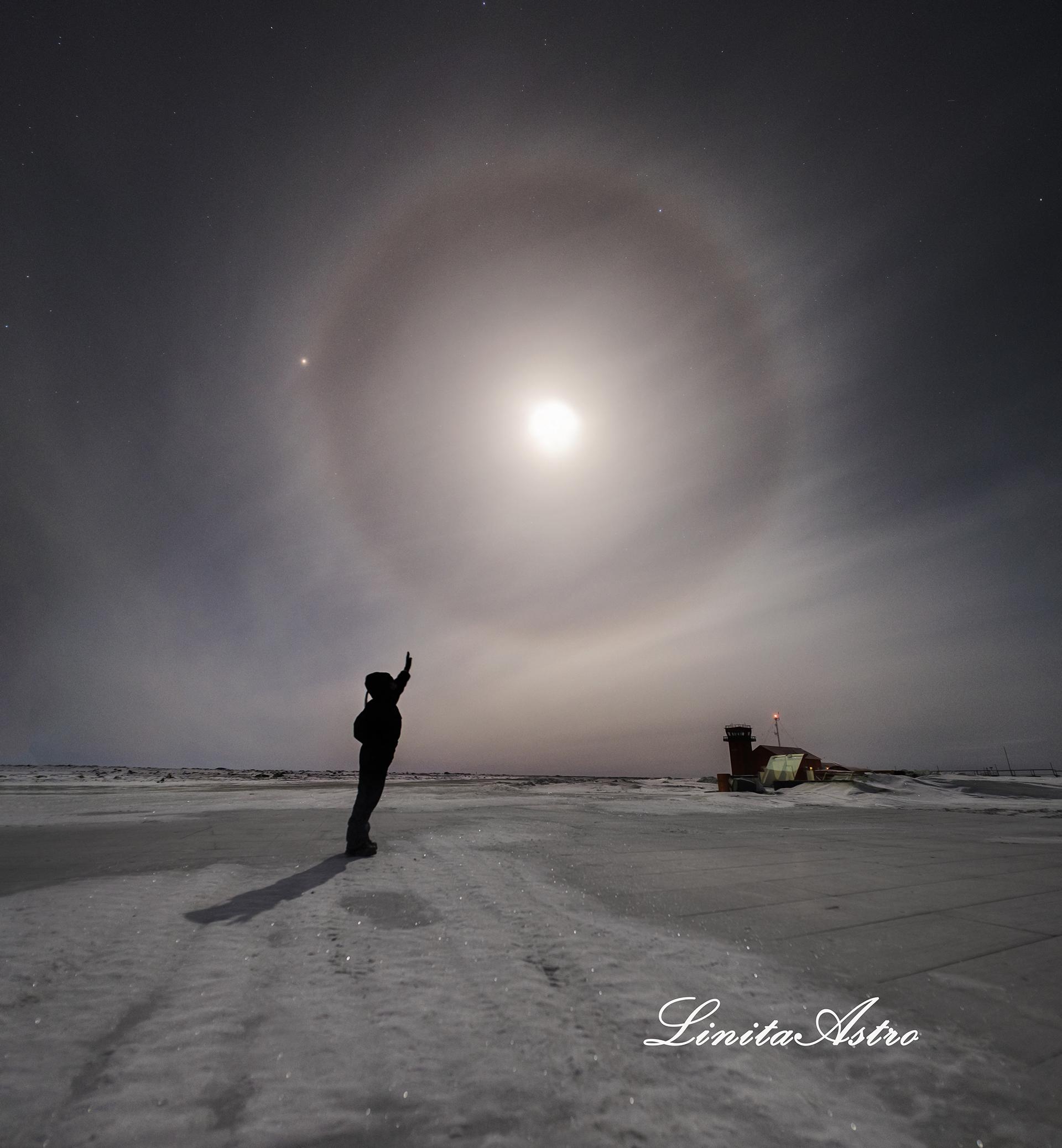 """""""A solas"""". """"Era una noche agradable y me encontré con este halo lunar espectacular"""", recuerda."""