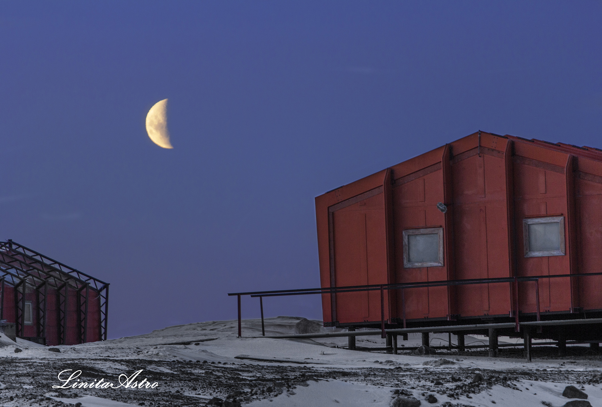 """""""Creciente"""":lo que se ve es la luna creciente junto al alojamiento de la Base Marambio, con lugar para que duerman 165 personas."""