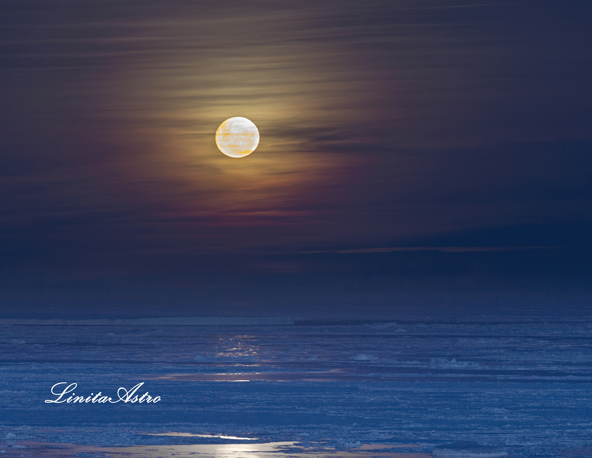 """""""Full moon"""": """"El cielo se pintó entre la luna y las nubes. La luna llena, en composición con las nubes medias y altas, lograron ese color espectacular"""". Abajo, los témpanos del mar de Weddell."""