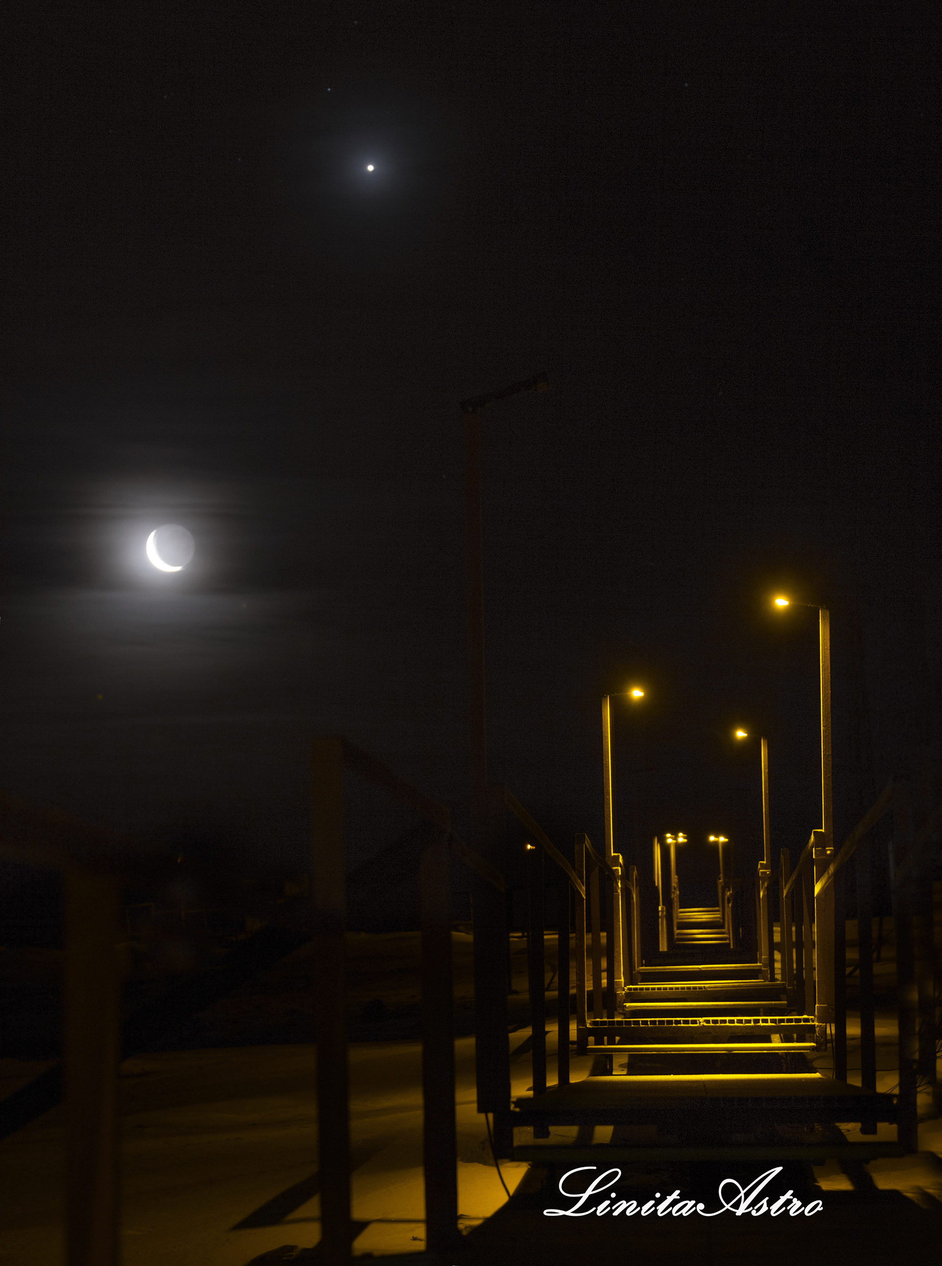 """""""Luna venusiana"""": """"Apenas bajó el sol empezó a observarse cómo nuestro satélite natural, que se veía como una luna creciente, estaba a la par con Venus"""". Sobre el paisaje están las típicas pasarelas de la Base Marambio."""