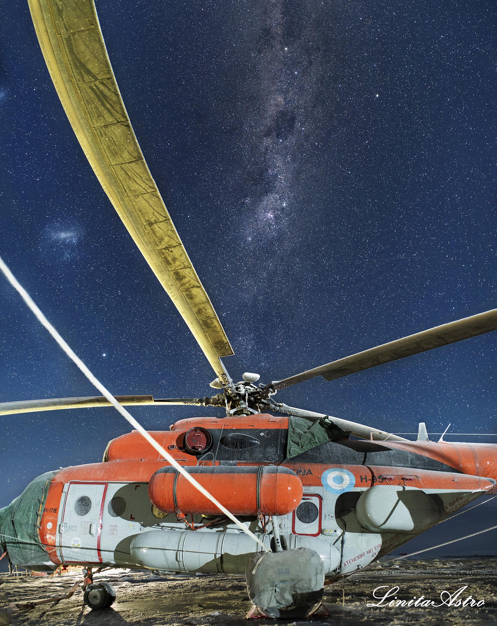 """""""MI 171 E"""": la fotolleva el nombre del helicóptero de la Fuerza Aérea que voló frente a millones de estrellas durante la campaña antártica de verano. """"Lo que vemos es nuestra propia galaxia, nuestro hogar, la vía láctea"""", explica Jorgelina. """"En la foto se descubre un universo mágico con una puesta en escena universal que maravilla y nos conecta en la noche con nosotros mismos y con la inmensidad del infinito""""."""