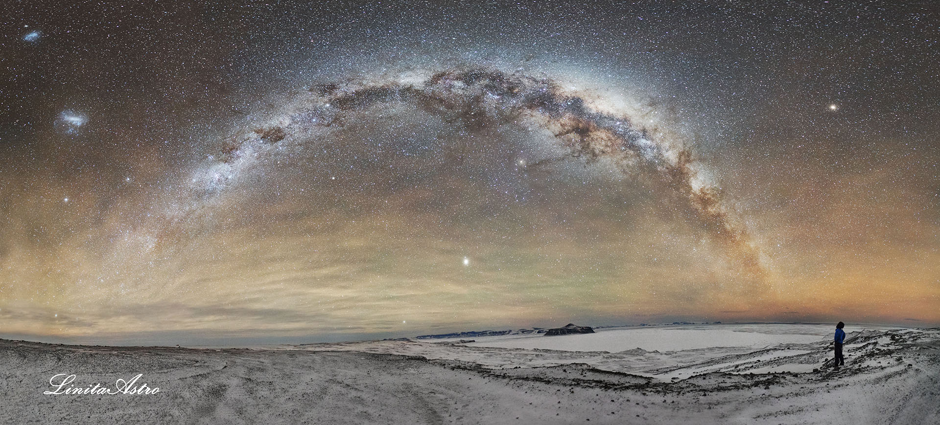 """Isla Cockburn:""""La foto fue hecha durante una noche soñada de junio, con temperaturas agradables, viento casi calmo y cielo despejado. Se ven Júpiter y Marte, dos galaxias vecinas (los dos manchones blancos arriba a la izquierda), la nube mayor y menor de Magallanes y el brazo galáctico. El mar de Weddell en su momento de máxima congelación y la isla Cockburn (al centro)."""