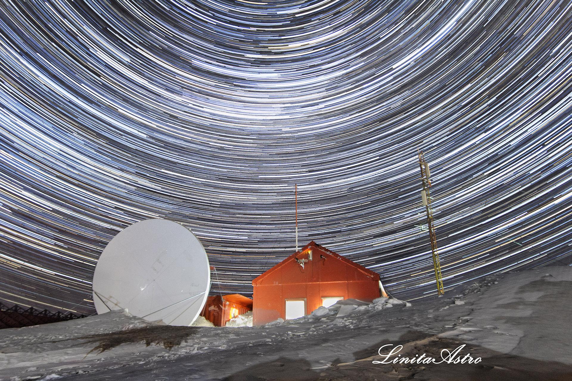 """""""Meteorología en movimiento"""": """"Lo que ven es el movimiento de la Tierra durante un período de tiempo. Para hacer una foto como ésta se necesita tiempo de exposición: en este caso, son 250 fotos que luego procesé en un programa para generar ese trazo de la estrella"""". Abajo, la oficina de meteorología de la Base Marambio."""