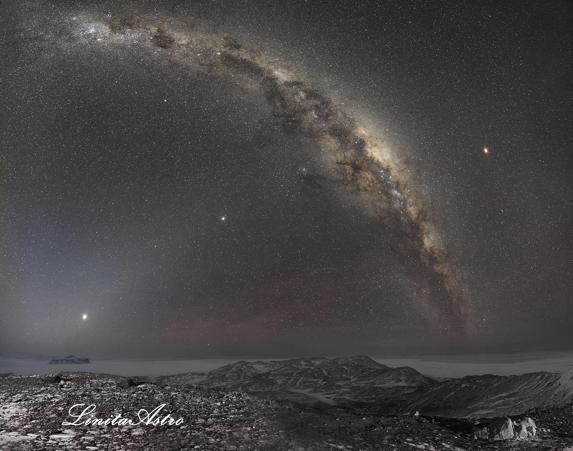 """""""Planetas"""": Se pueden apreciar, por un lado, Marte, Saturno, Júpiter y Venus. Ademásse ve una luz en forma triangular,llamada """"luz zodiacal"""", que solo puede verse en regiones en las que hay poca o nula contaminación lumínica. Además, se ve el brazo espiral de la Vía Láctea, que recorre casi todo el cielo. """"Al momento de hacer esa foto la sensación térmica rondaba los 38 grados bajo cero""""."""