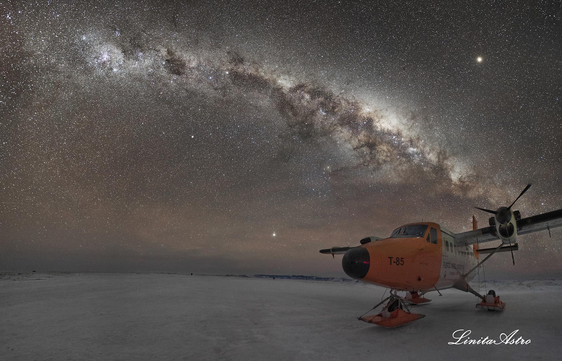 """""""Twin lácteo"""": Las Águilas, como llaman a los pilotos y a los mecánicos del avión Twin Otter, sacaron la aeronave para que Jorgelina la fotografiara junto a las miles de estrellas que se dejaron ver esa noche. """"Fue una noche hermosa. Hacían dos grados positivos, el viento estaba calmo y el cielo totalmente despejado"""". Ese es el avión que se usa para volar por la Antártida."""