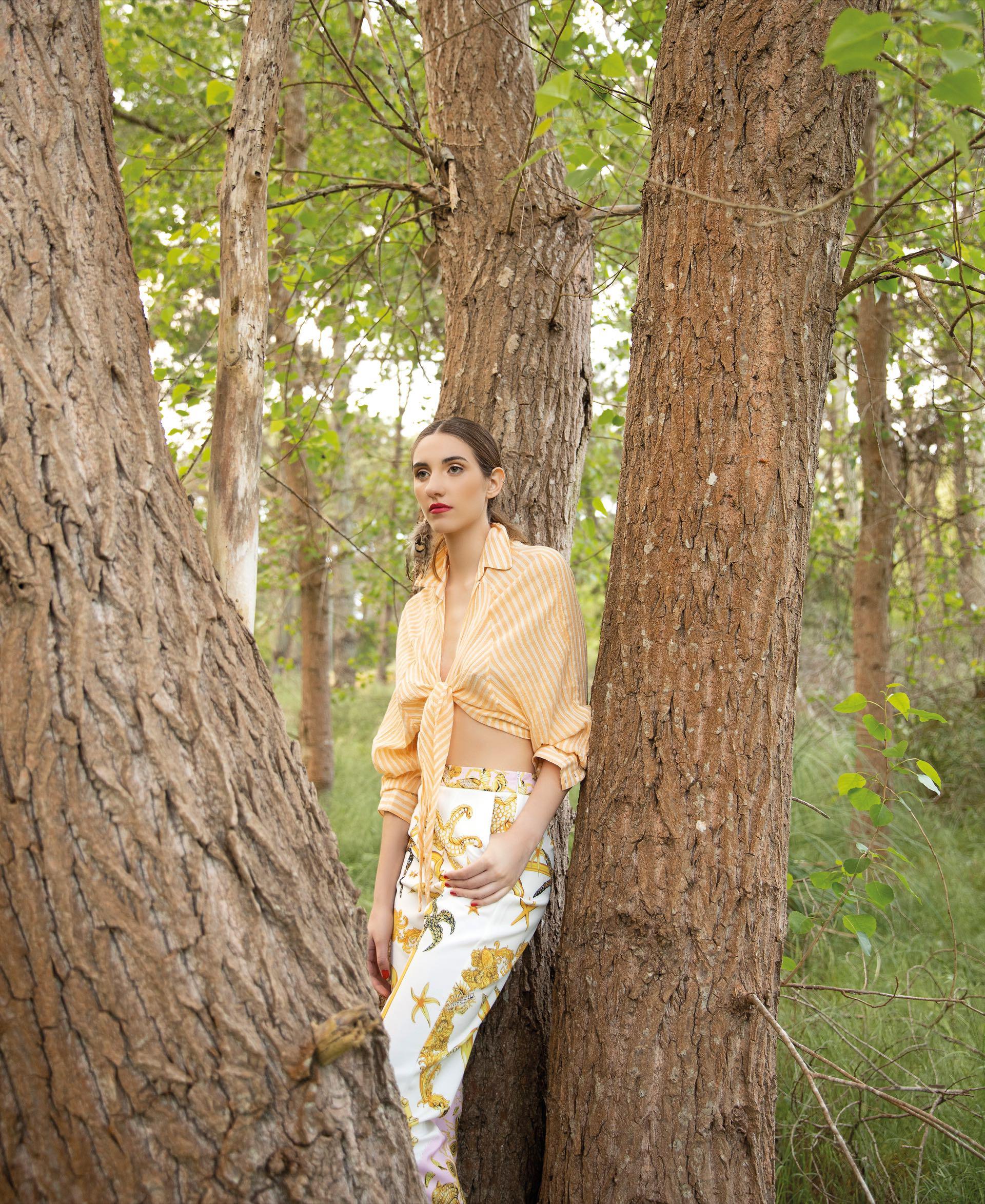 Camisa de algodón(Indiastyle), pantalón estampado ($ 4.980, Brava)y aros de pluma (el par,$ 2.700, Flâneur).