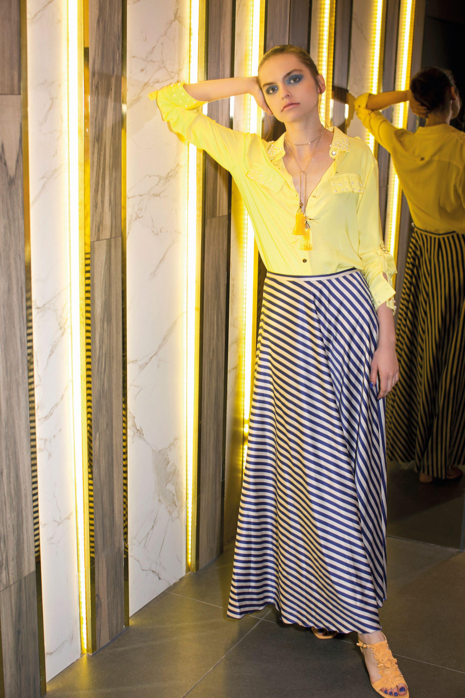 Camisa con apliques ($ 1.460, Brava), colgante con pompones (Los Vados del Isen), pollera de seda rayada (Feria Vintage) y sandalias de gamuza ($ 5.900, Saverio Di Ricci).