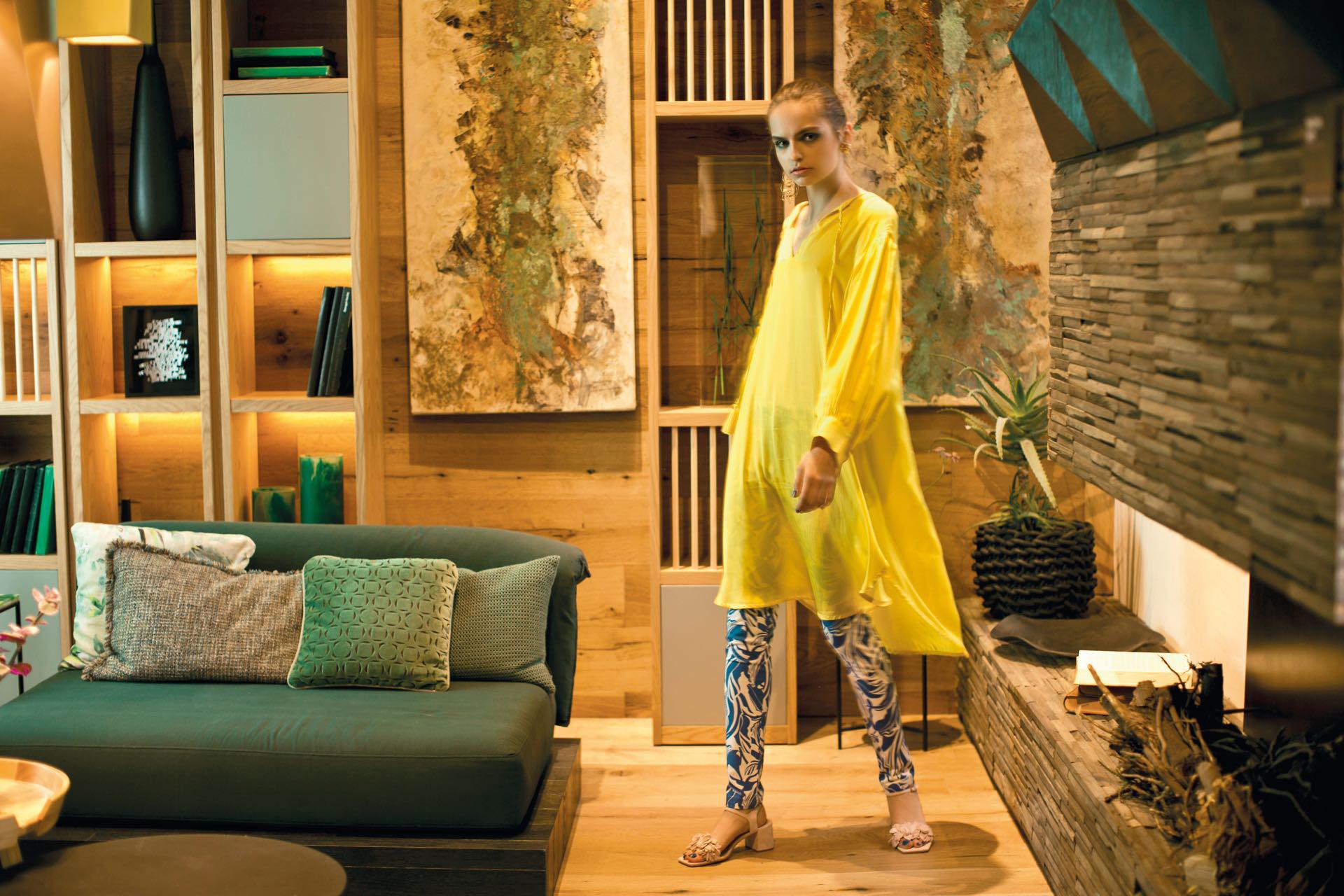 Túnica larga de seda (Cher), pantalón estampado (Ayres) y sandalias de gamuza ($ 5.900, Saverio Di Ricci).