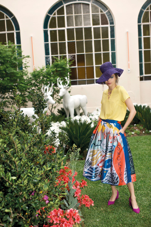 Blusa de seda ($ 1.050, Kevingston), pollera amplia estampada ($ 12.020, Mila Kartei), sombrero de crochet (Compañía de Sombreros) y stilettos (Sofi Martiré).