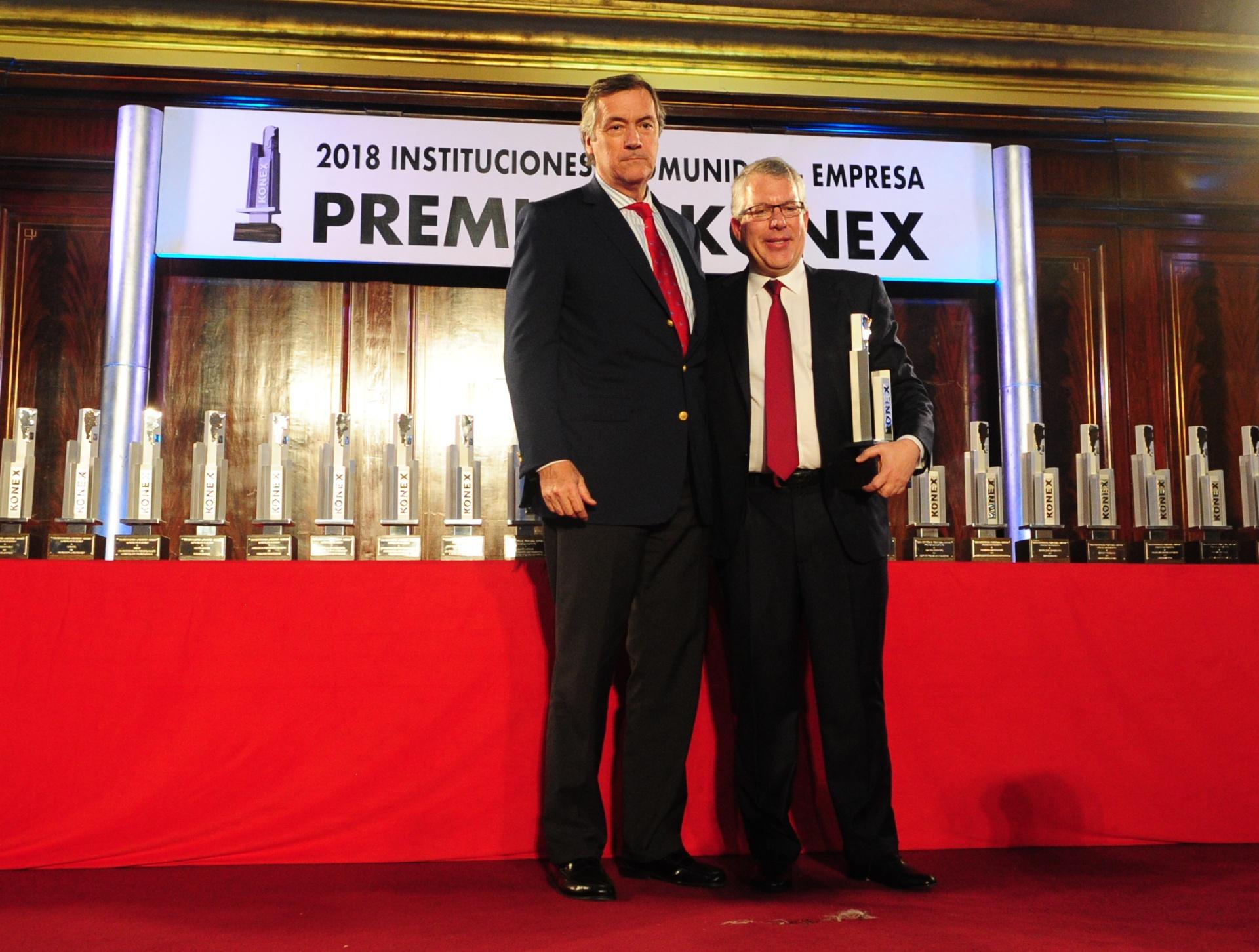 Enrique Cristofani, integrante del Gran Jurado, le entregó el Konex de Platino a Sergio Kaufman