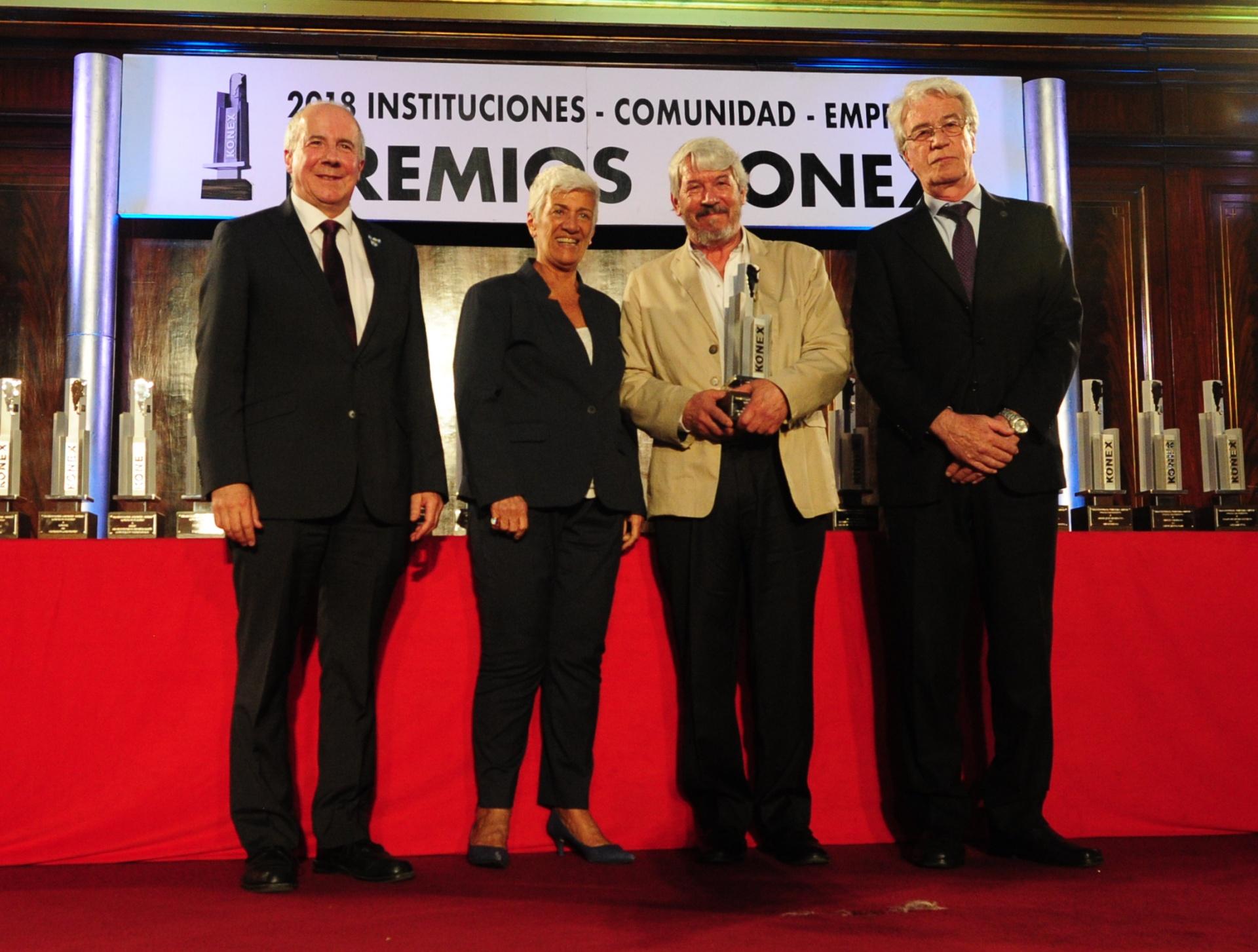 Instituto Balseiro: Konex de Platino – Entidades Educacionales y de Formación Docente. El Premio fue entregado por Mónica Pinto, miembro del Gran Jurado