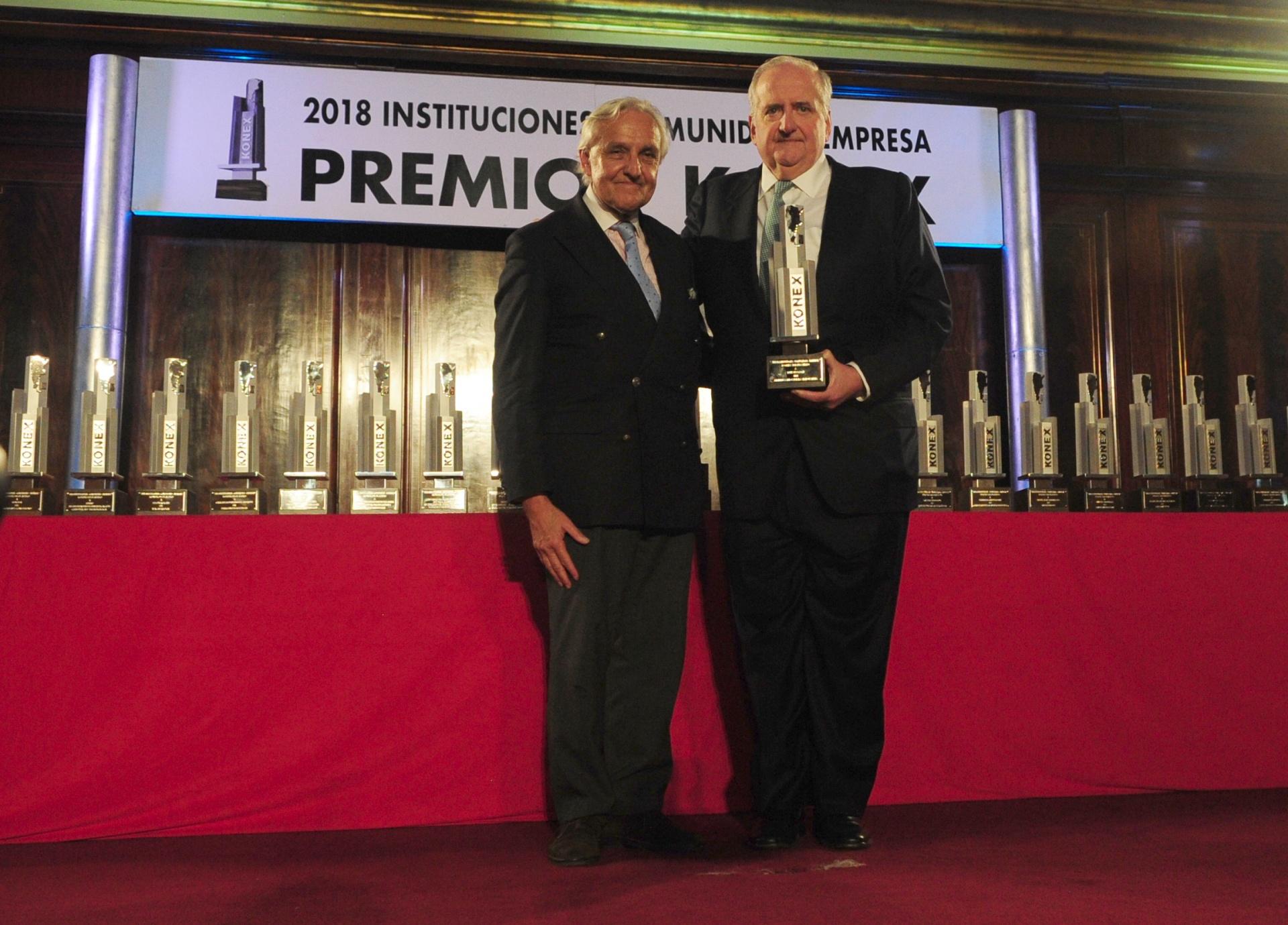 Luis Pagani: Premio Konex de Platino – Empresarios de la Industria. En la foto, junto a Rosendo Fraga, integrante del Gran Jurado