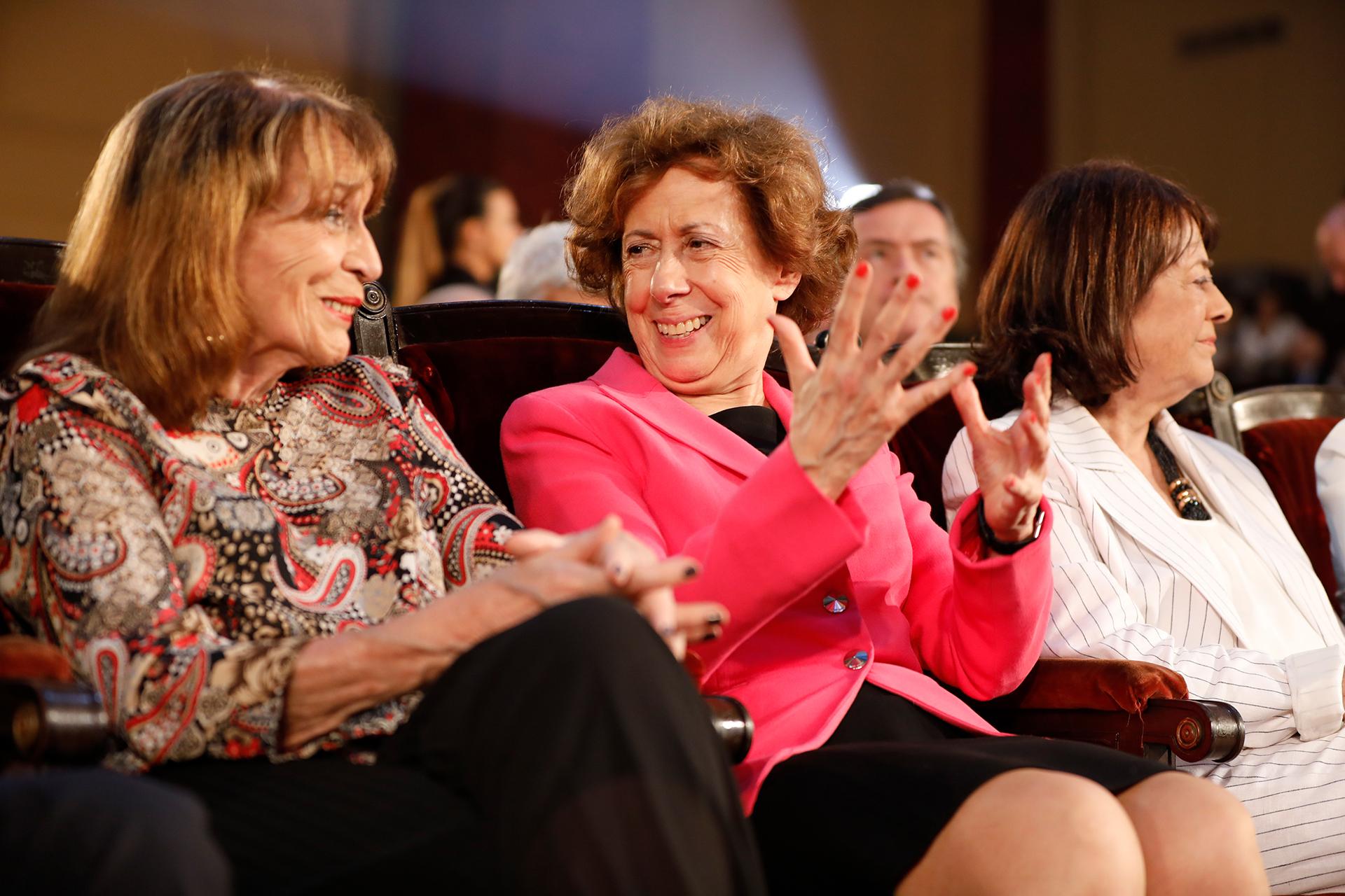 Magdalena Ruiz Guiñazú junto a Clara Mariño, Secretaria General del Gran Jurado