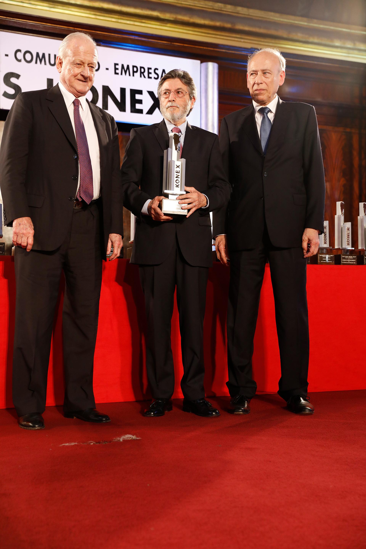 Alberto Abad recibió el Premio Konex de Platino en la disciplina Administradores Públicos. En la foto, junto a Gregorio Badeni, quien le entregó el Premio, y Luis Ovsejevich