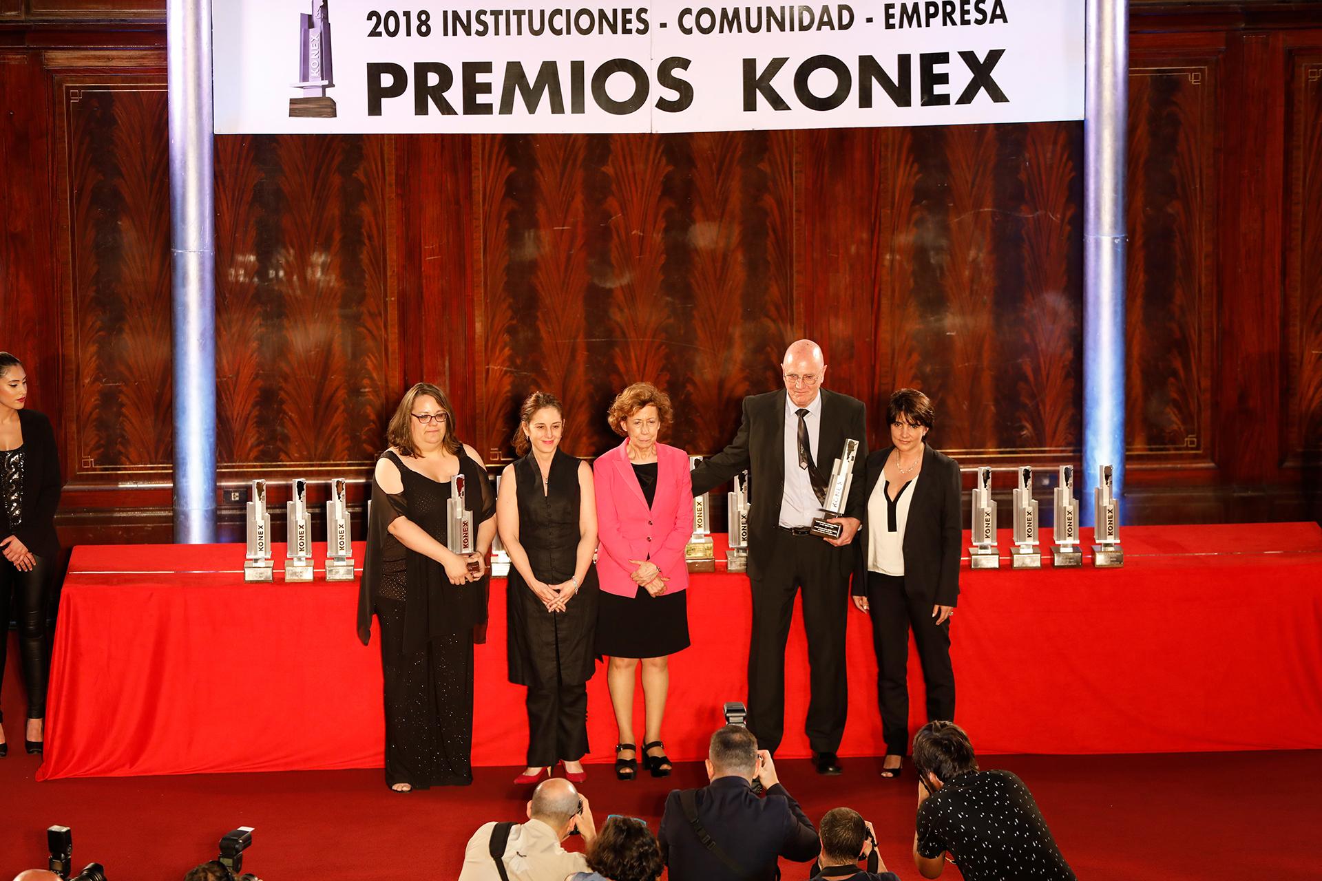 Clara Mariño (centro) le entregó el Konex de Platino en la disciplina Entidades de la Sociedad Civil al Equipo Argentino de Antropología Forense y, también, al Observatorio de la Deuda Social Argentina de la UCA