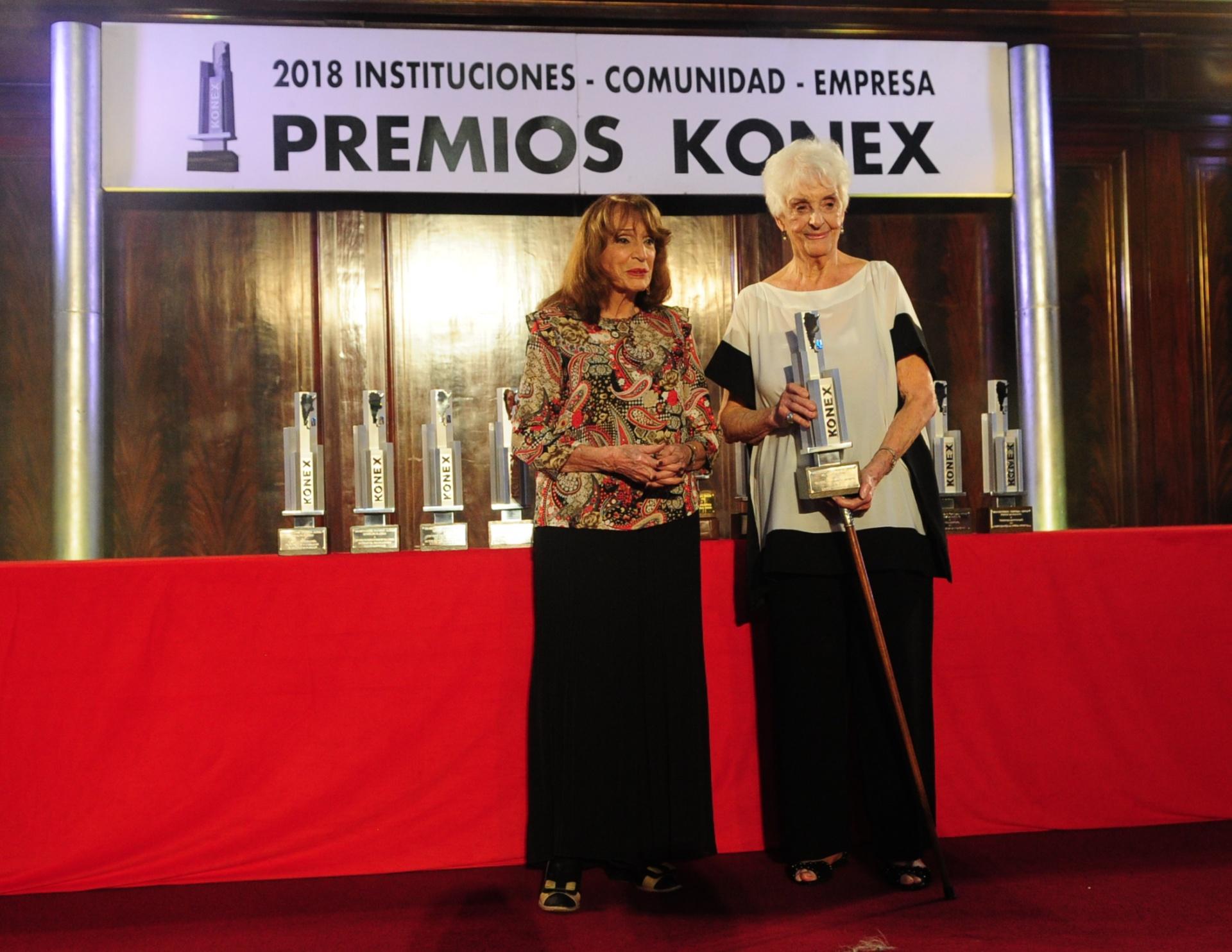 Graciela Fernández Meijide recibió el Konex de Platino en la disciplina Dirigentes Sociales. El Premio fue entregado por Magdalena Ruiz Guiñazú