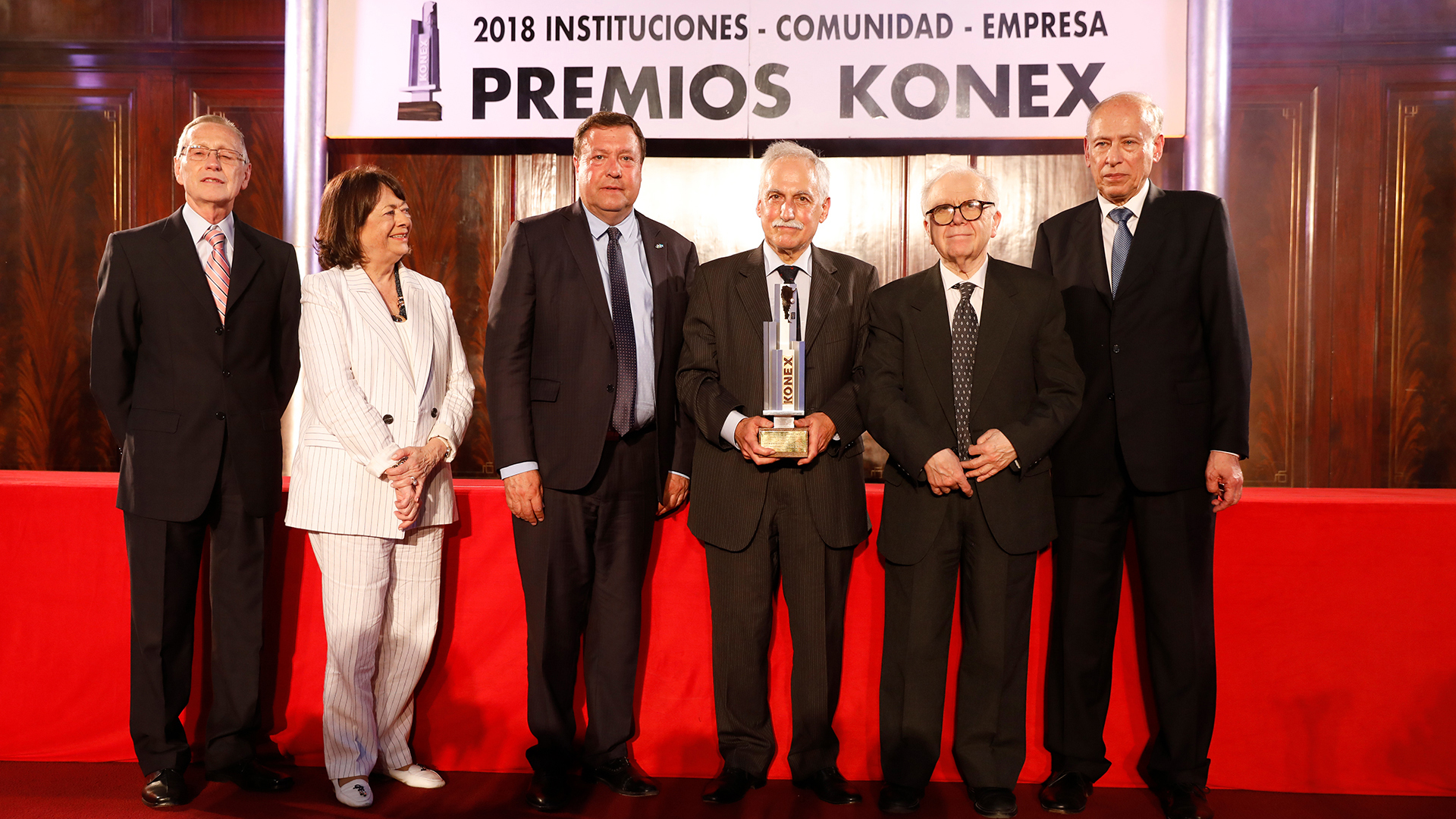 El gobernadorde Río Negro, Alberto Weretilneck, junto al gerente general de INVAP, Héctor Otheguy, y a su fundador Conrado Varotto