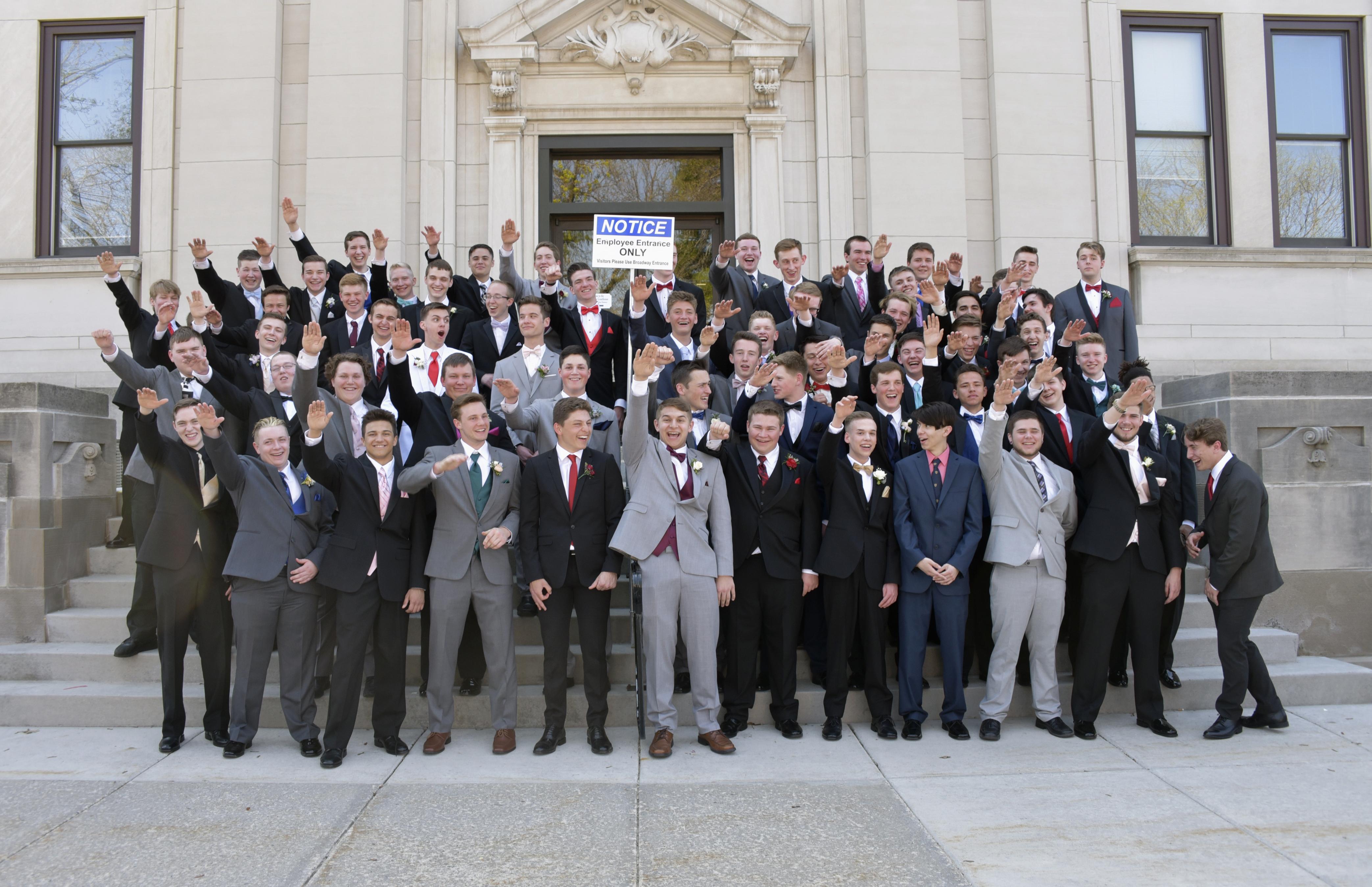 Fotografía de mayo de 2018 proporcionada por Peter Gust de un grupo de estudiantes universitarios en los escaños de un tribunal del condado Sauk en Baraboo, Wisconsin. (Peter Gust vía AP)