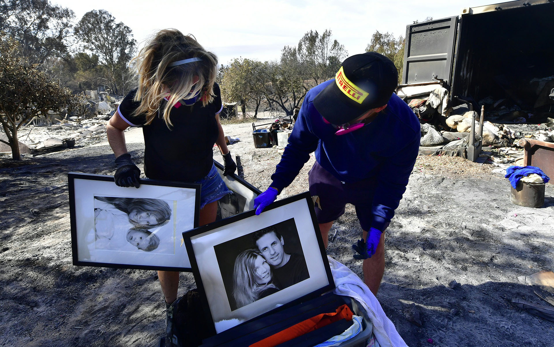 Katherine Marinara y su hijo Luca volvieron a la zona para buscar lo que quedó de sus pertenencias en Busch Drive