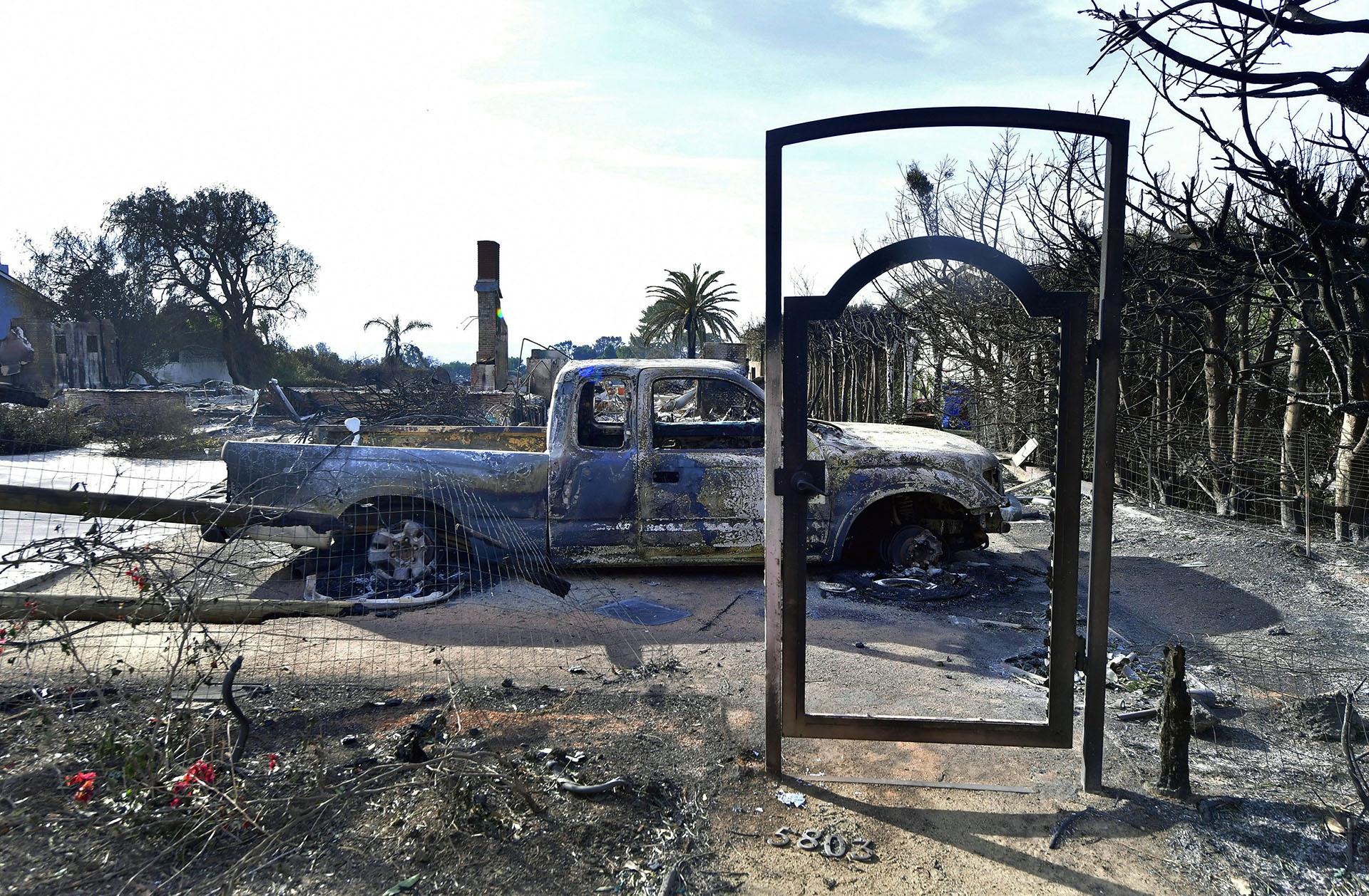 El marco metálico de la entrada de una casa, ahora quemada, en Filaree Heights Road