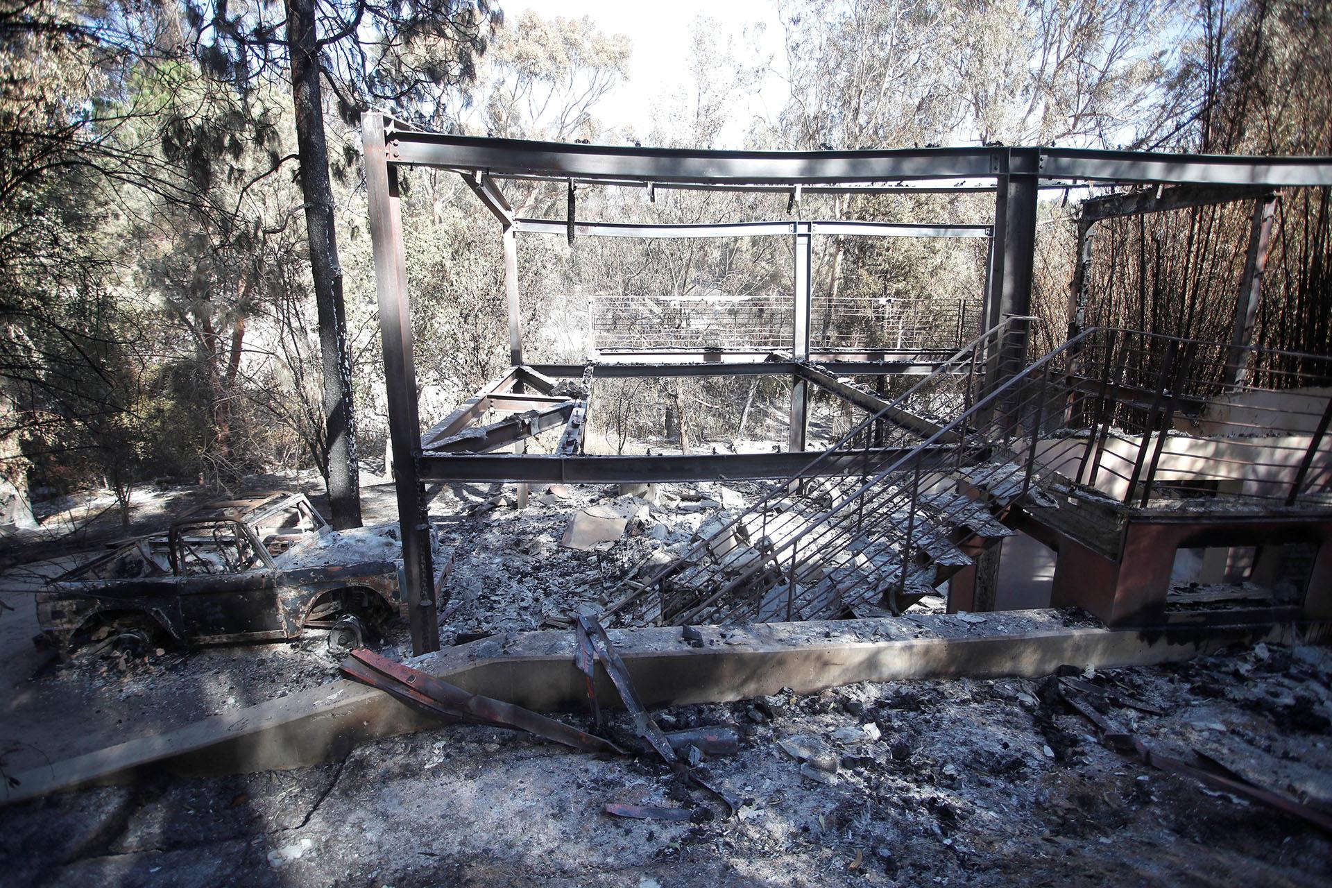 Vista de la casa del actor escocés Gerard Butler hoy, lunes 12 de noviembre de 2018, destruida en el incendio de Woosley en Malibú