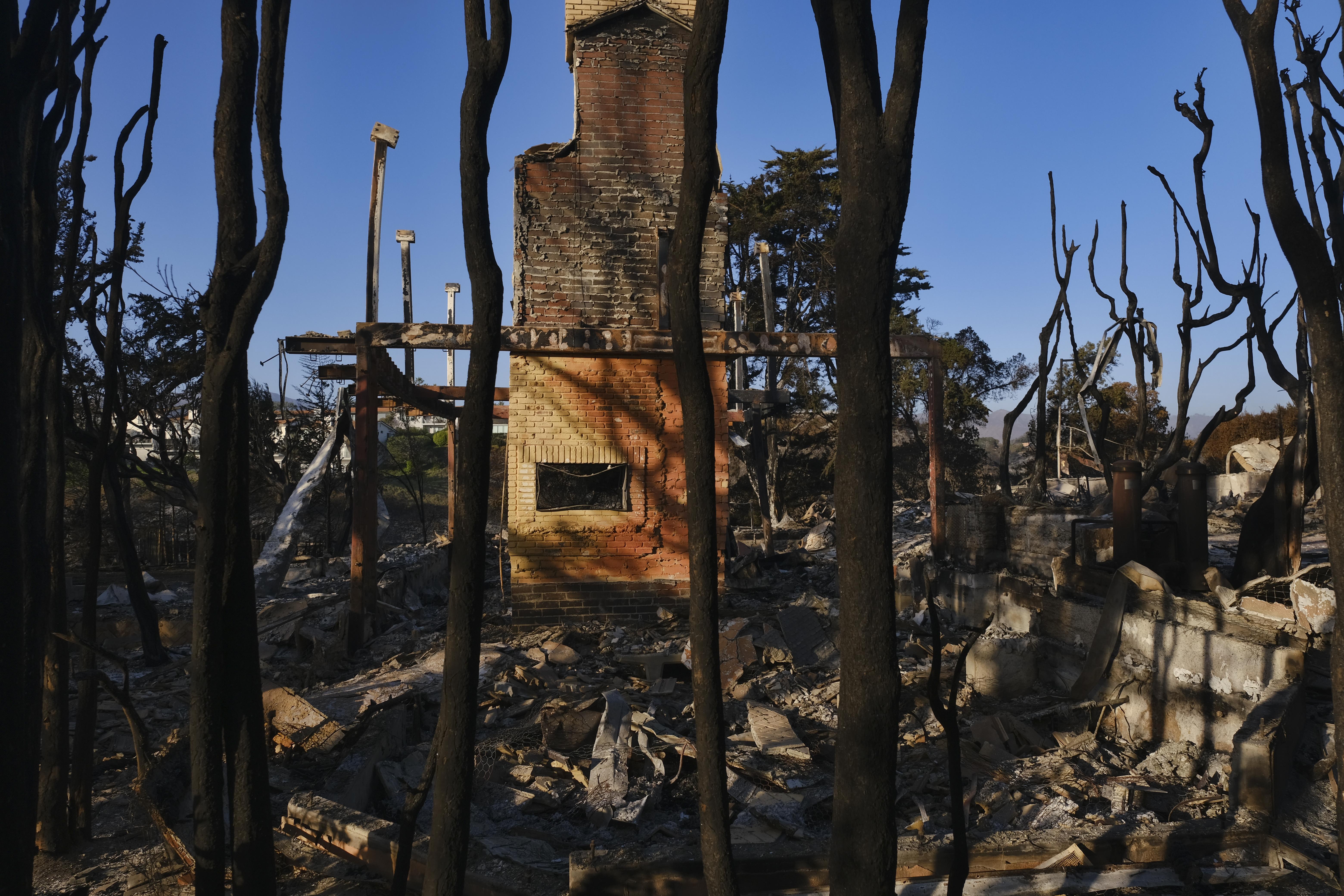 Los incendios en California, alimentados por condiciones muy secas y los vientos cálidos y fuertes de Santa Ana, han destruido cientos de hogares y han causado decenas de muertes y quemó más de 300,000 acres