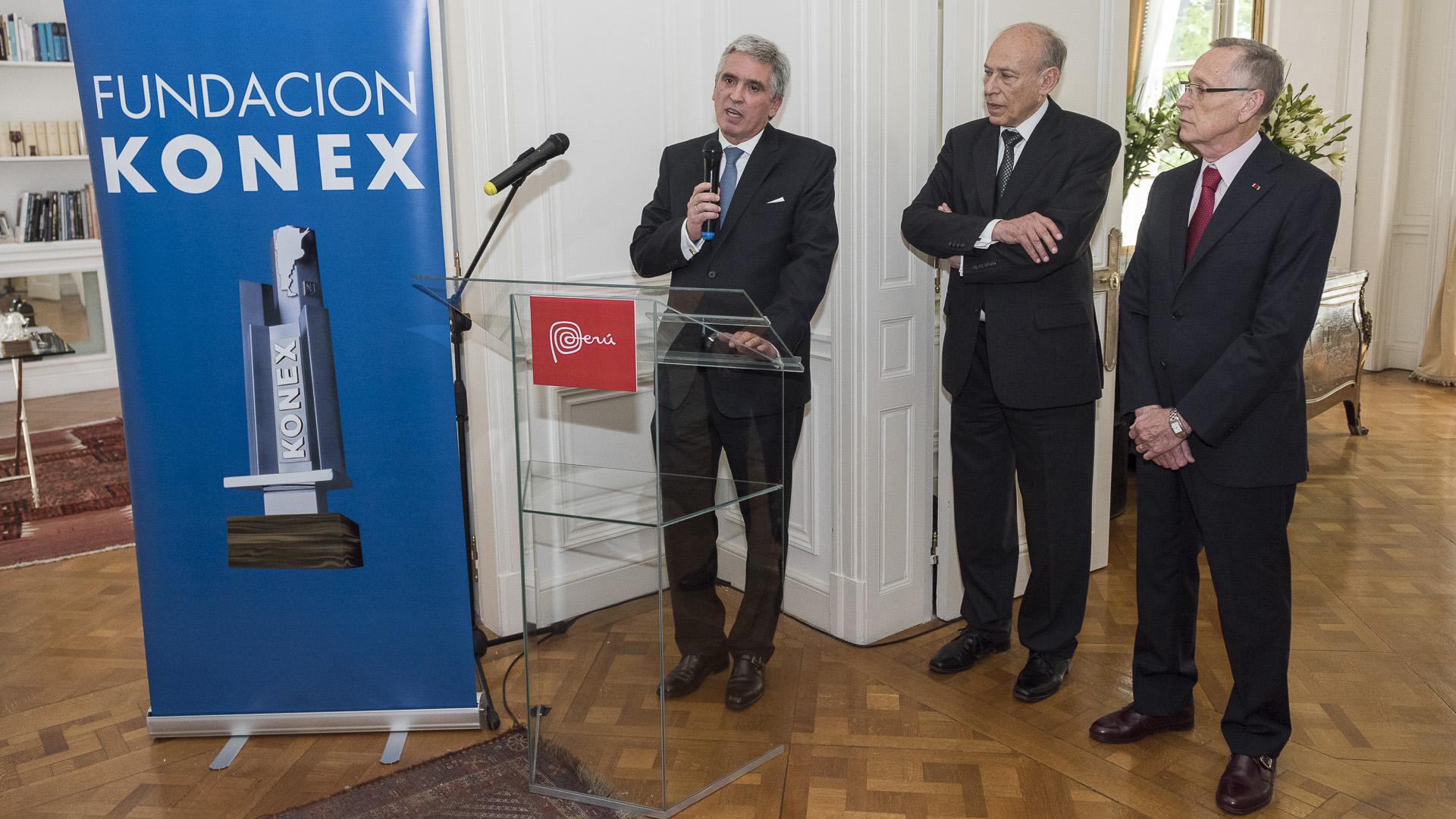 El embajador de Perú en la Argentina, Peter Camino Cannock, junto a Luis Ovsejevich y Adalberto Rodríguez Giavarini